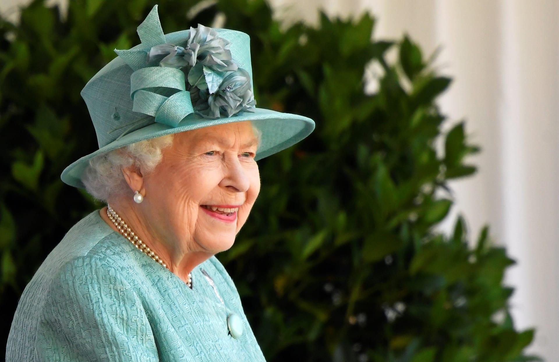 الملكة إليزابيث تشهد افتراضياً مراسم إزاحة الستار عن لوحة جديدة لها