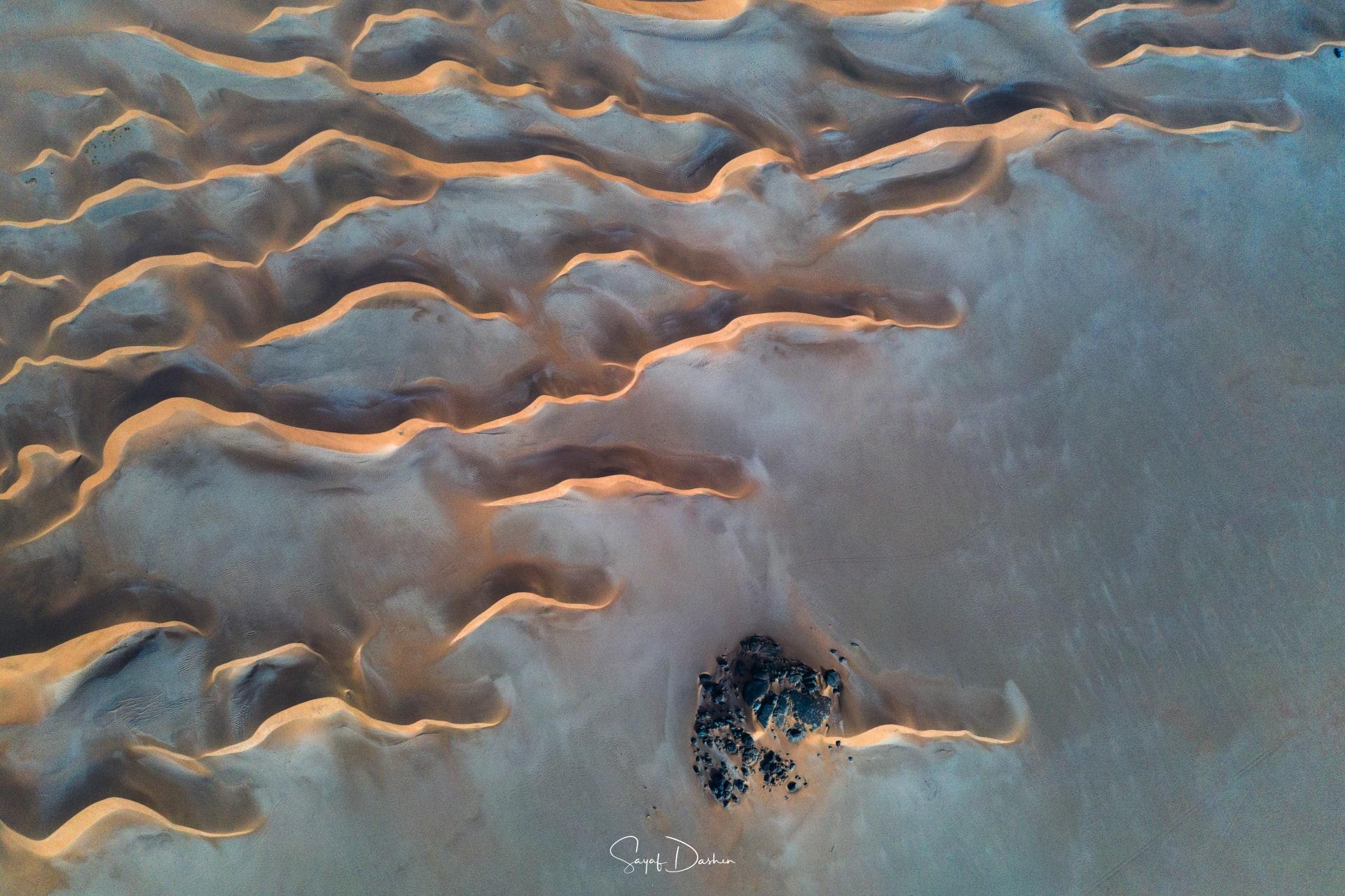 كأنها عروق تزحف على الأرض.. مصور يُظهر اللوحات الطبيعية التي تشكلها رمال السعودية