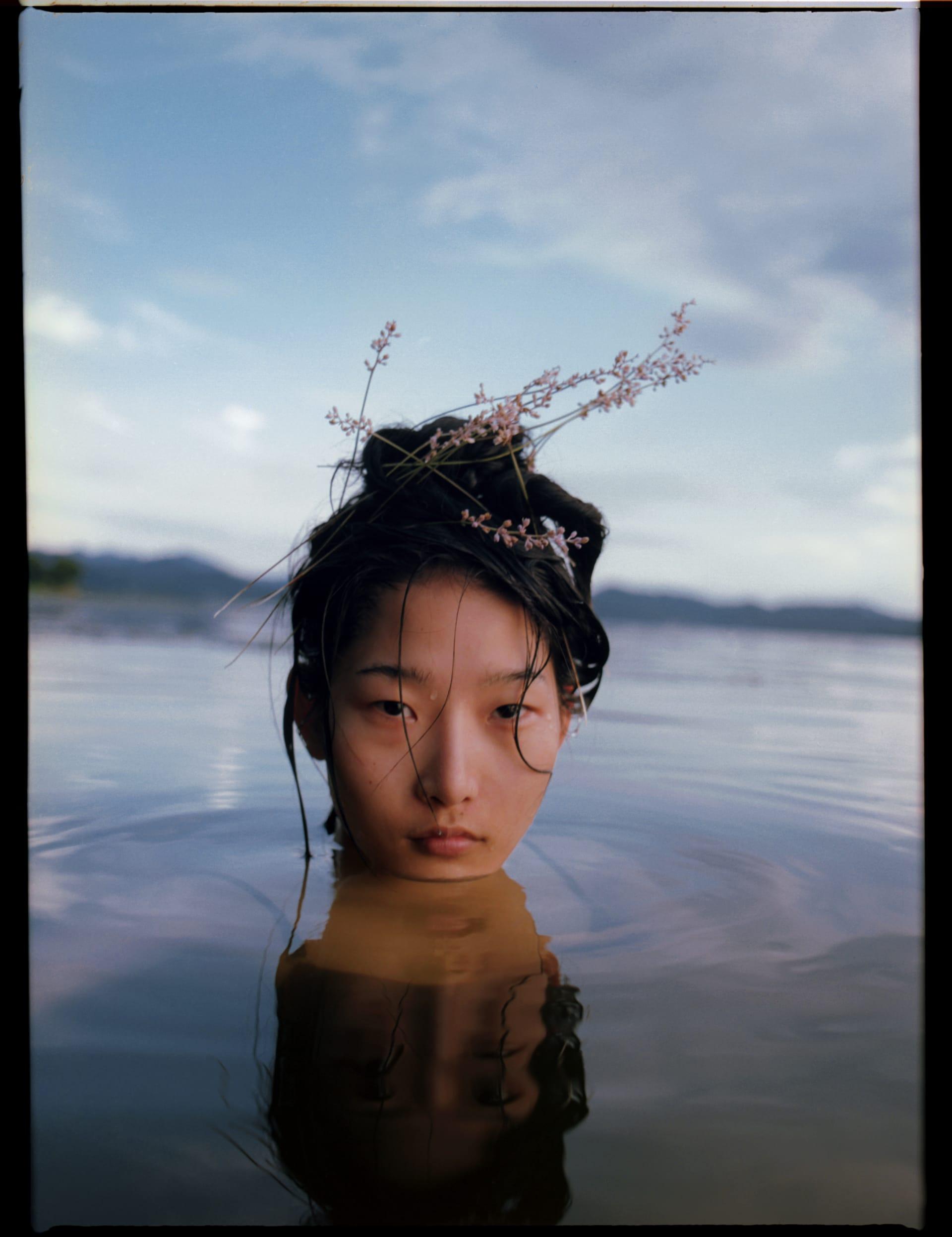 """""""نحن سنعيش هذا الصيف"""".. مصور يسترجع ذكريات الطفولة بلقطات مشبعة بالمياه وشمس الغروب"""