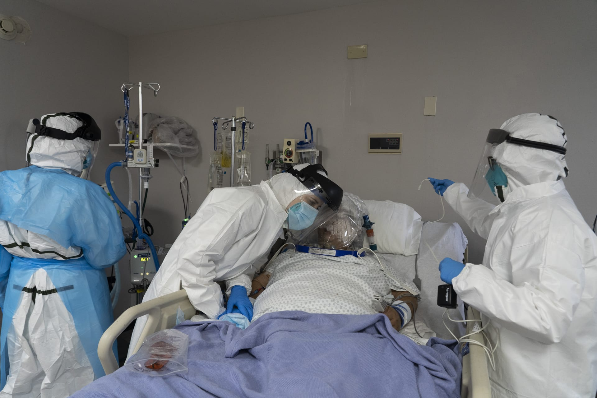 فريق طبي يتابع أحد المصابين بفيروس كورونا في إحدى المستشفيات في الولايات المتحدة