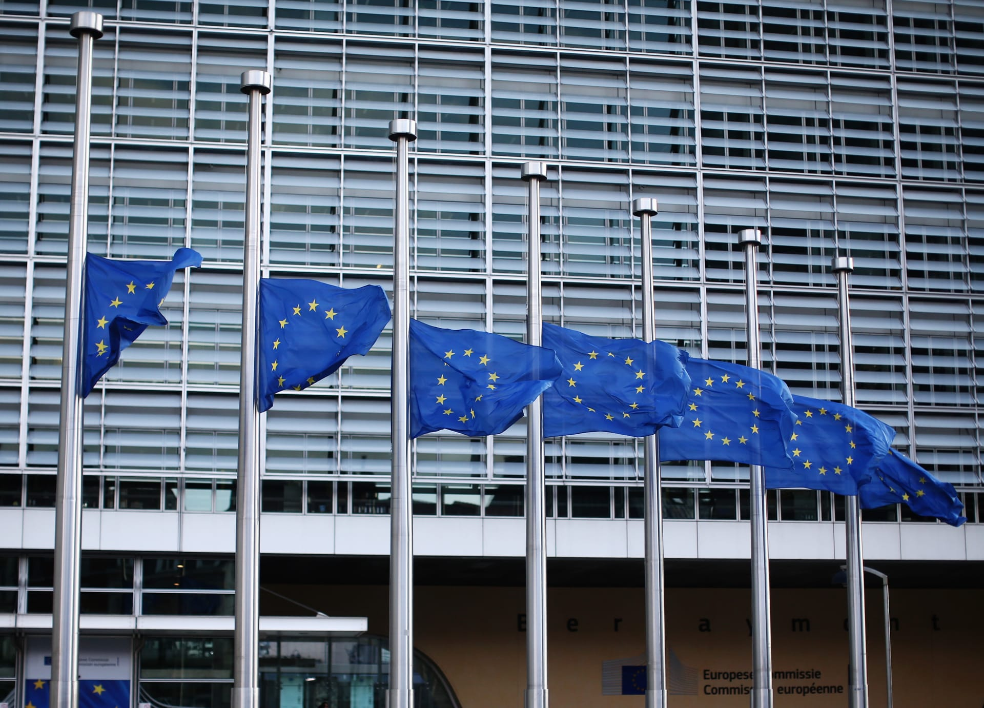 أعلام الاتحاد الأوروبي خارج مقر المفوضية في بروكسل