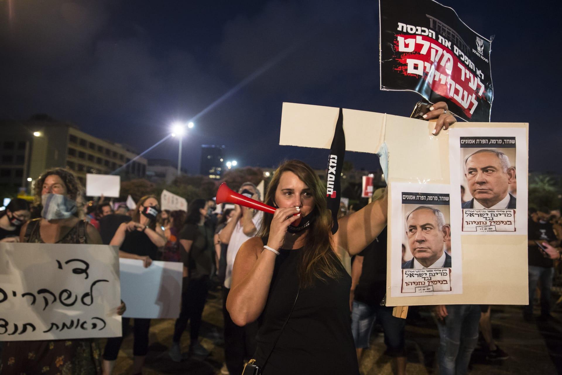 محتجون يتظاهرون أمام منزل نتنياهو بالقدس.. وضبط عدد من أنصاره في مسيرة مضادة