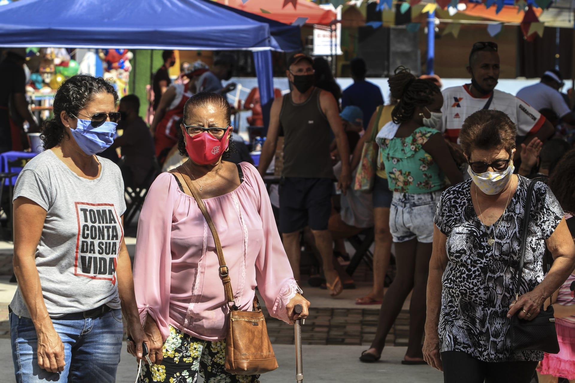 عدد من الأشخاص يرتدون أقنعة طبية واقية بعد تفشي فيروس كورونا في البرازيل