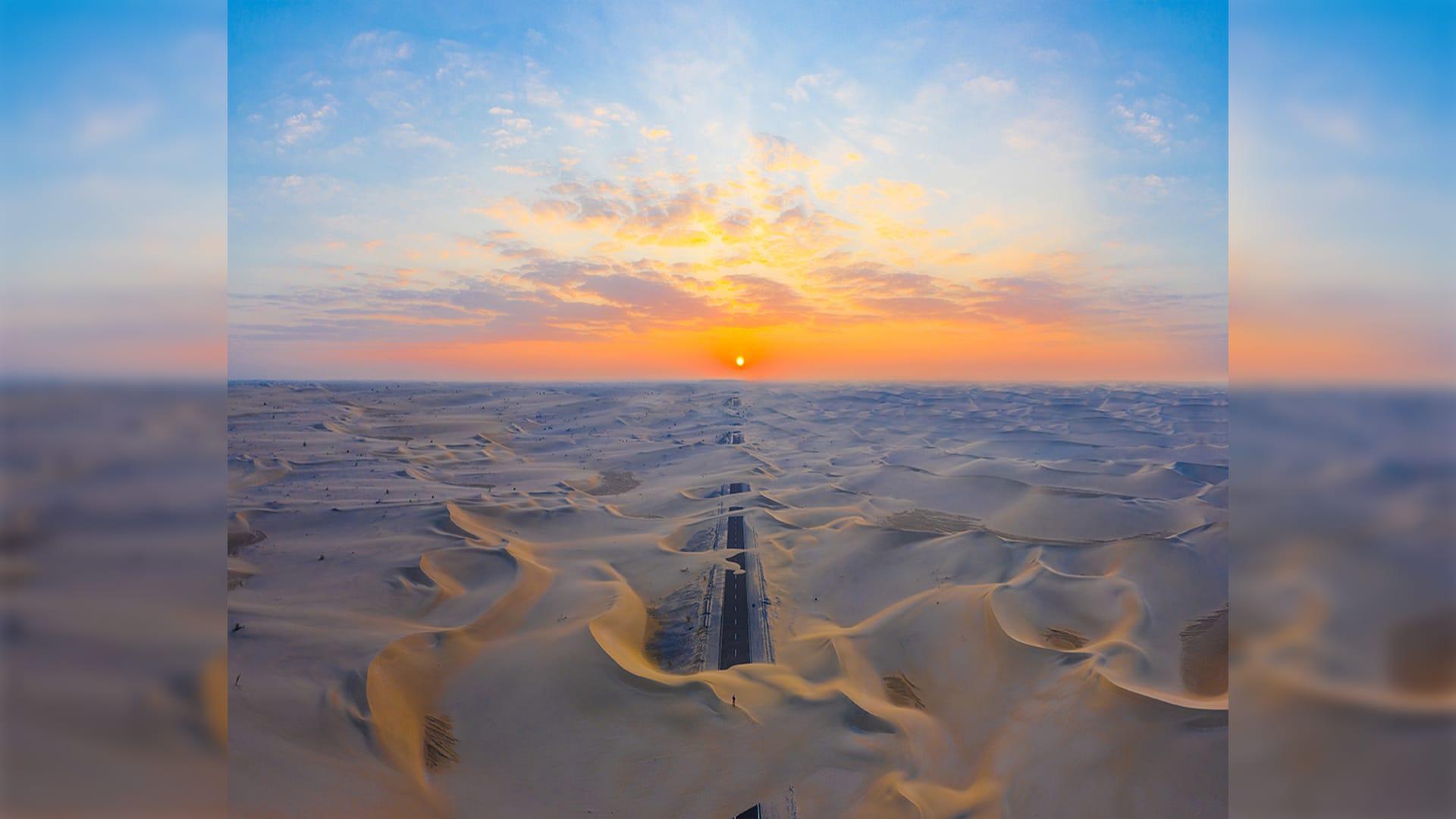 طريق مهجور في صحراء أبوظبي