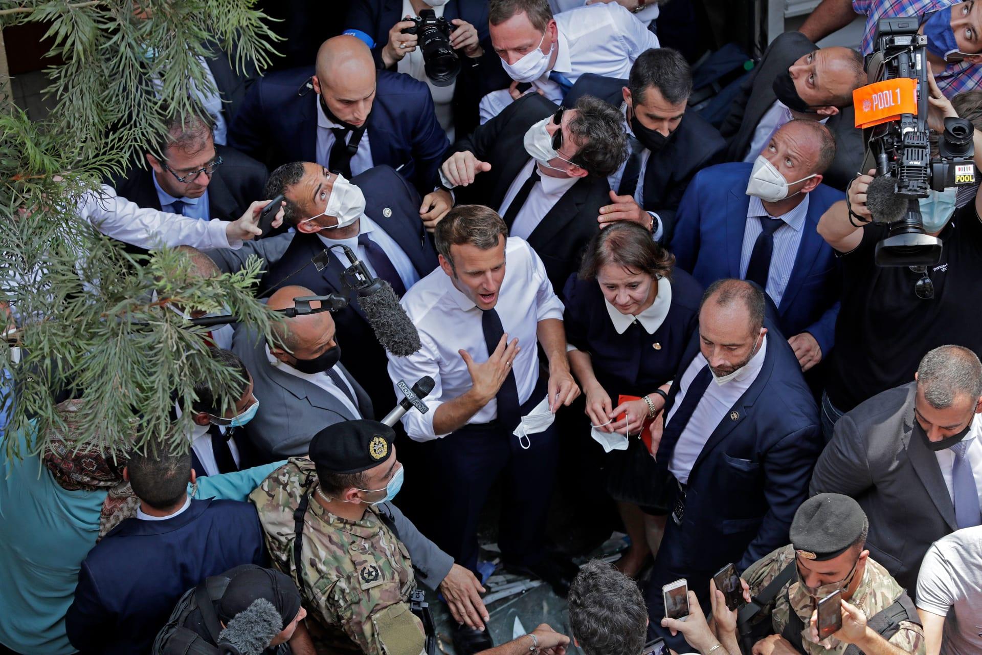 الرئيس الفرنسي ماكرون يزور موقع تفجير مرفأ بيروت والعشرات يلتفون حوله لاستقباله