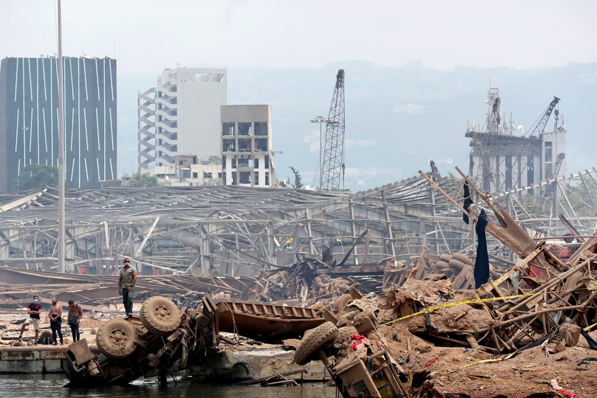 آثار الانفجار الضخم الذي شهده مرفأ بيروت وأودى بحياة العشرات وإصابة الآلاف