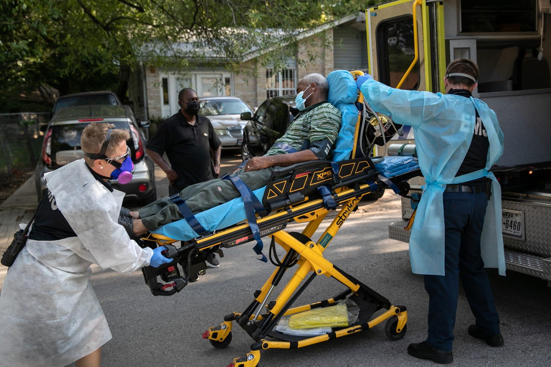 فريق طبي ينقل أحد المصابين بفيروس كورونا في إحدى مستشفيات ولاية تكساس الأمريكية