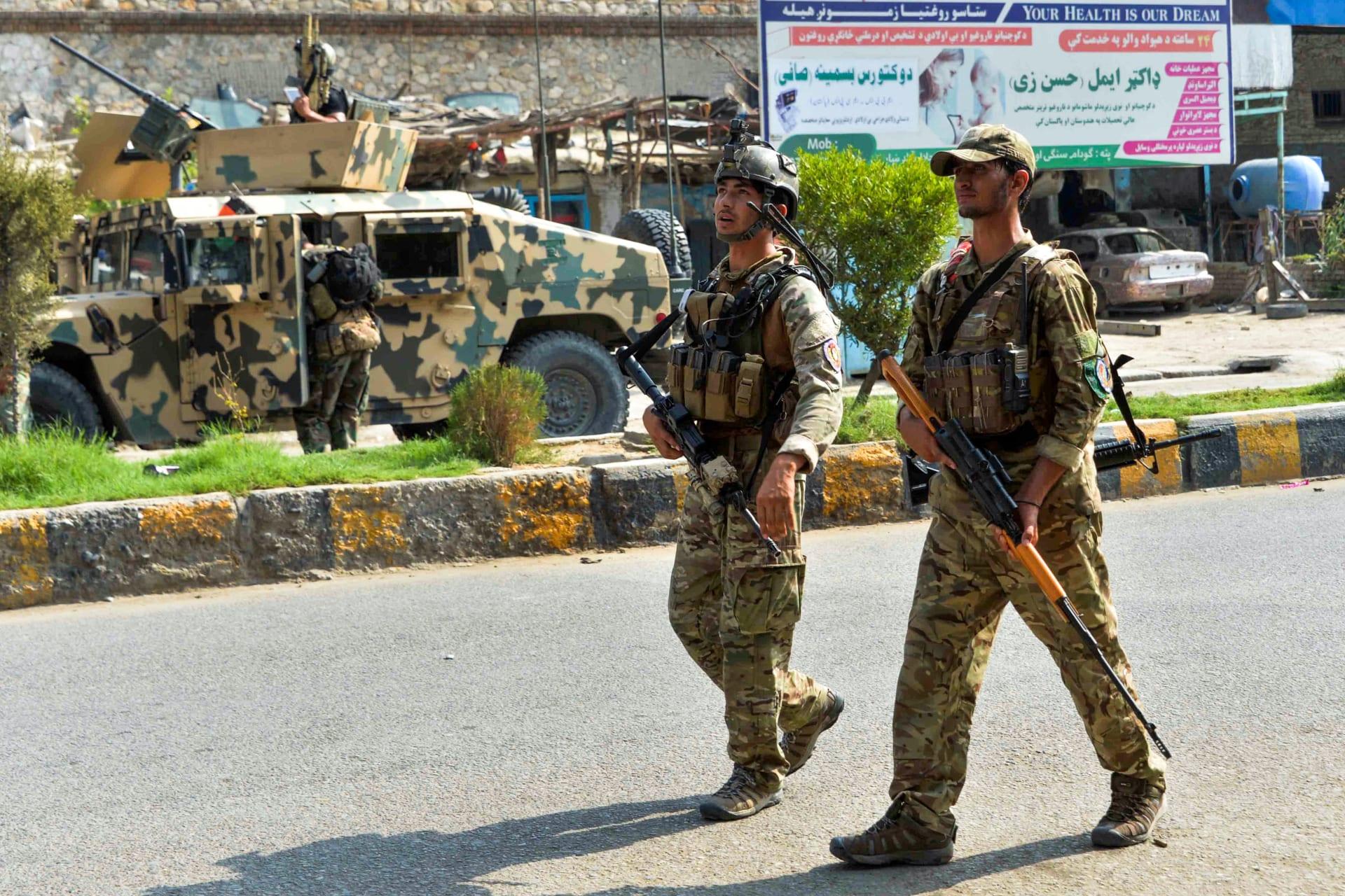 قوات الأمن الأفغانية بالقرب من أحد السجون لإحباط محاولة اقتحامه