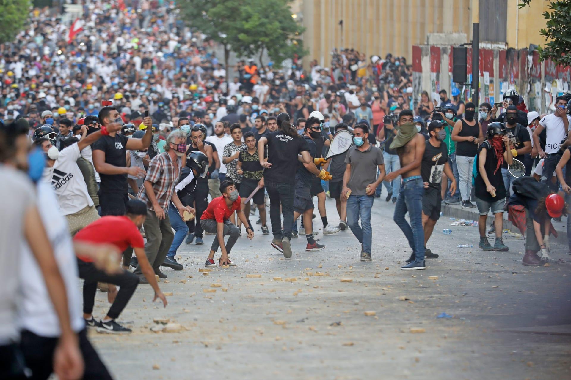 مواجهات بين قوات الأمن والمتظاهرين في لبنان في أعقاب انفجار مرفأ بيروت