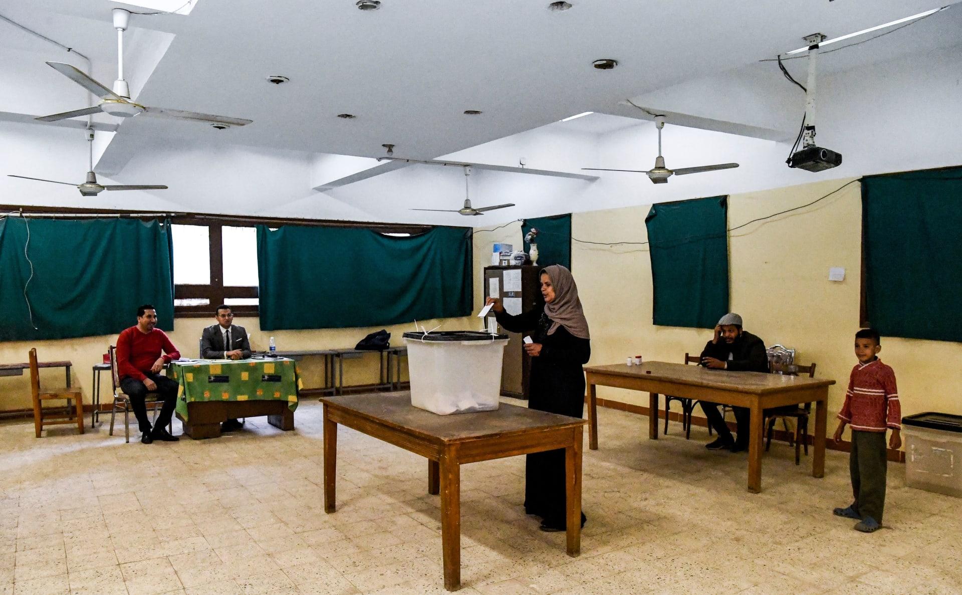 سيدة مصرية تدلي بصوتها في الاستفتاء على تعديلات دستورية في البلاد في 2019
