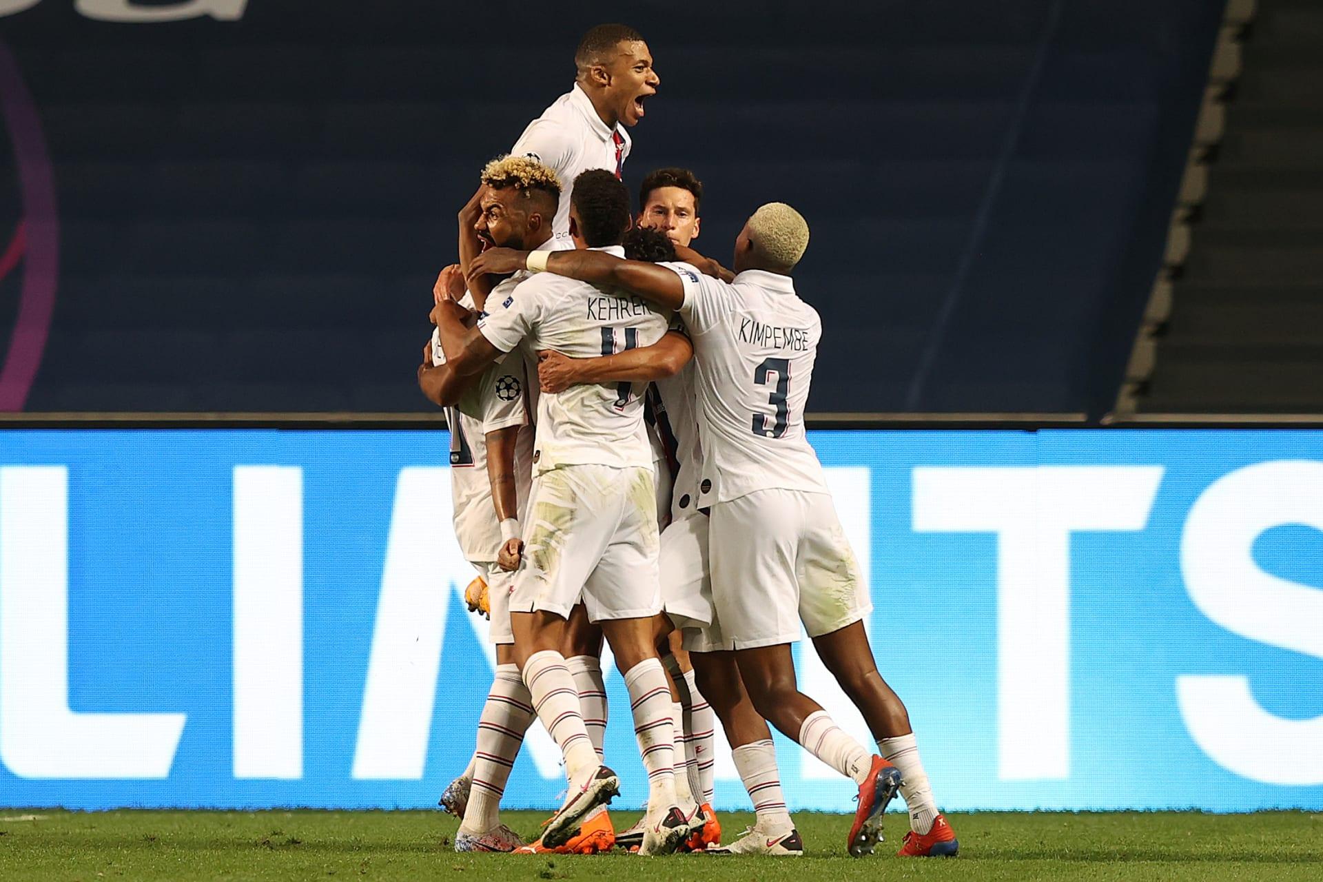 لاعبو باريس سان جيرمان الفرنسي يحتفلون بهدف التعادل مع أتلانتا الإيطالي في منافسات دوري أبطال أوروبا