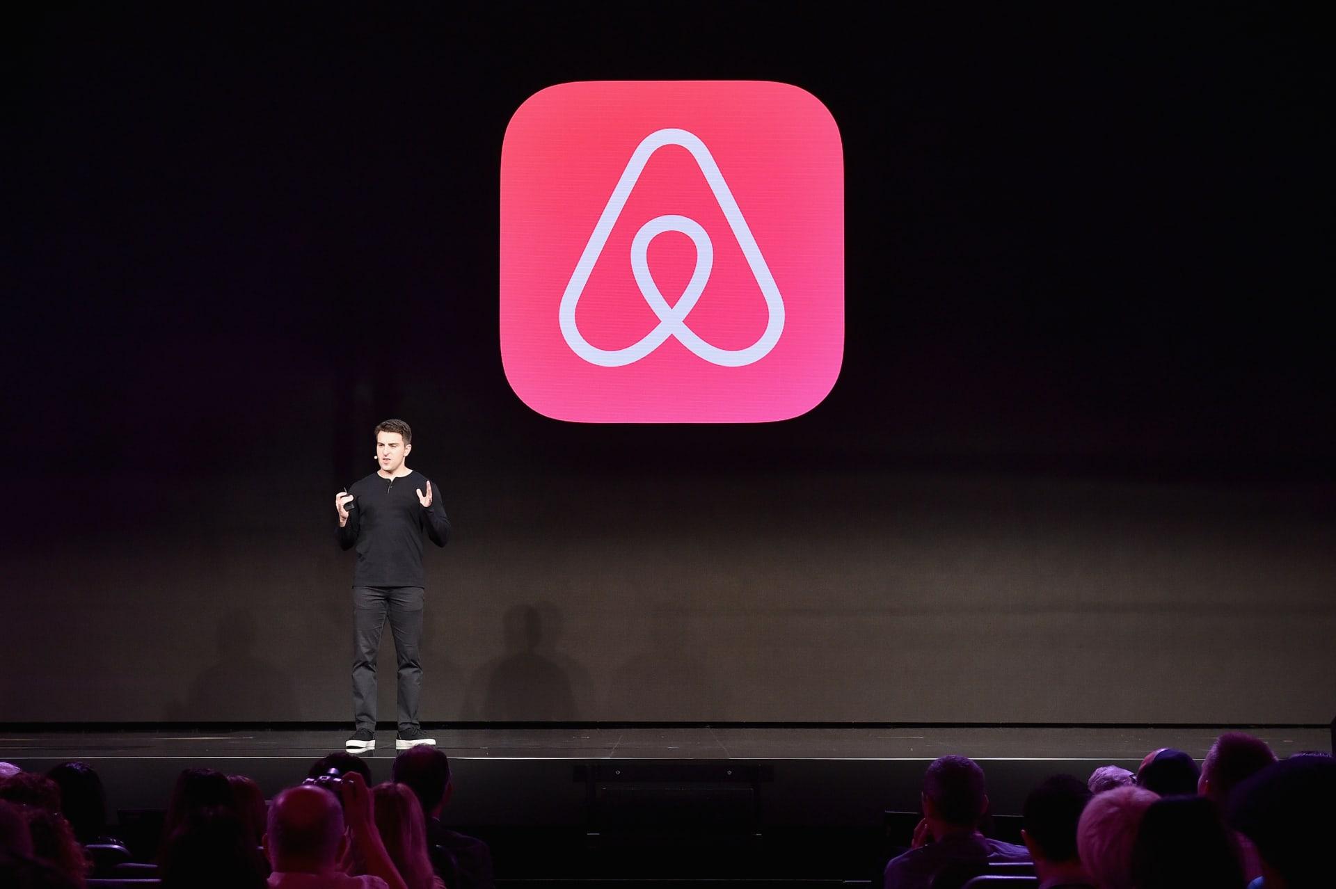 رغم تسريح الموظفين.. شركة Airbnb تقترب من طرح أسهمها للاكتتاب العام