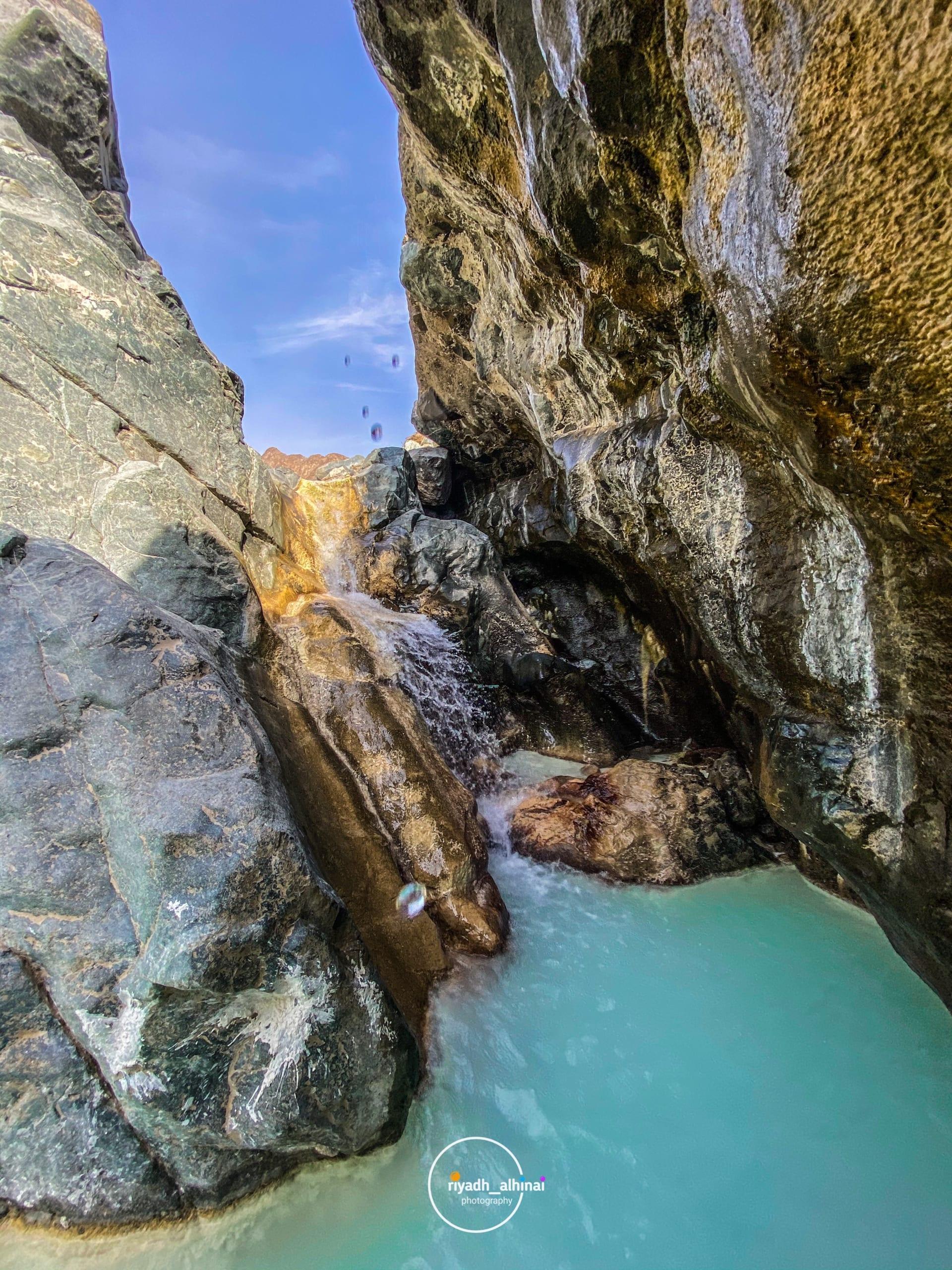 أشبه بحمام سباحة من صنع الطبيعة..اكتشف عين مياه قرية بات في عُمان