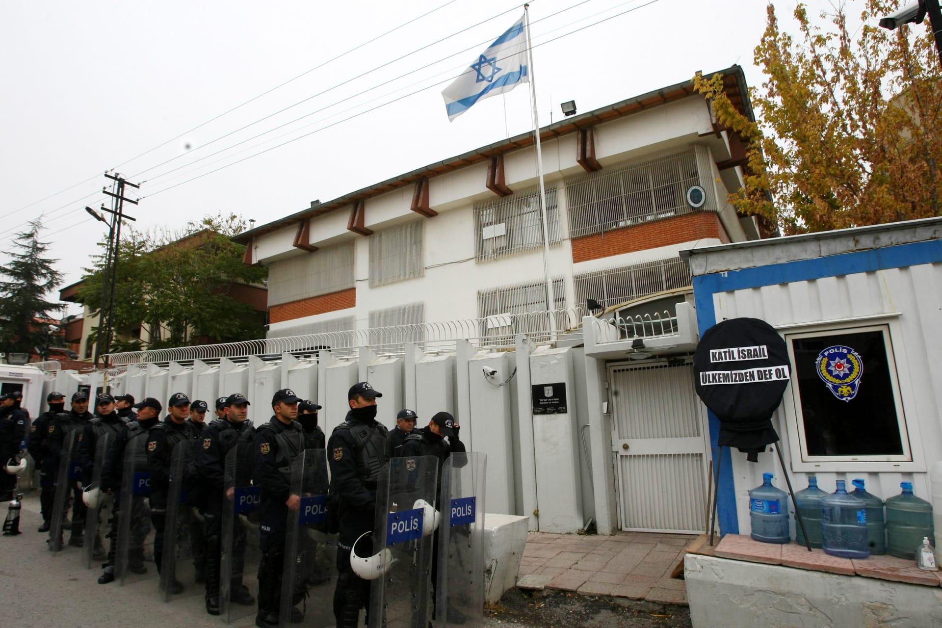 صورة ارشيفية للعناصر أمن يقفون أمام السفارة الإسرائيلية بتركيا لتأمينها خلال احتجاجات وقعت العام 2012