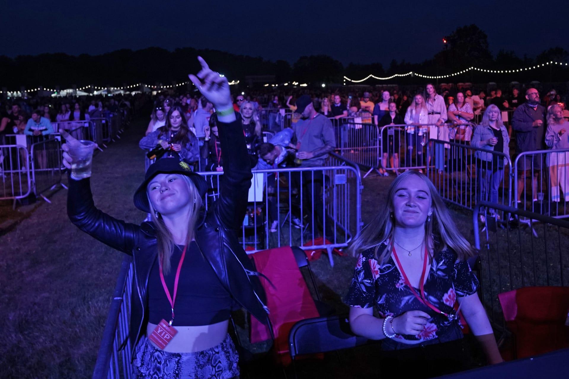 صور لحفل موسيقي يطبق التباعد الاجتماعي بالمملكة المتحدة.. هل هذا هو واقع الحفلات الموسيقية بظل كورونا؟