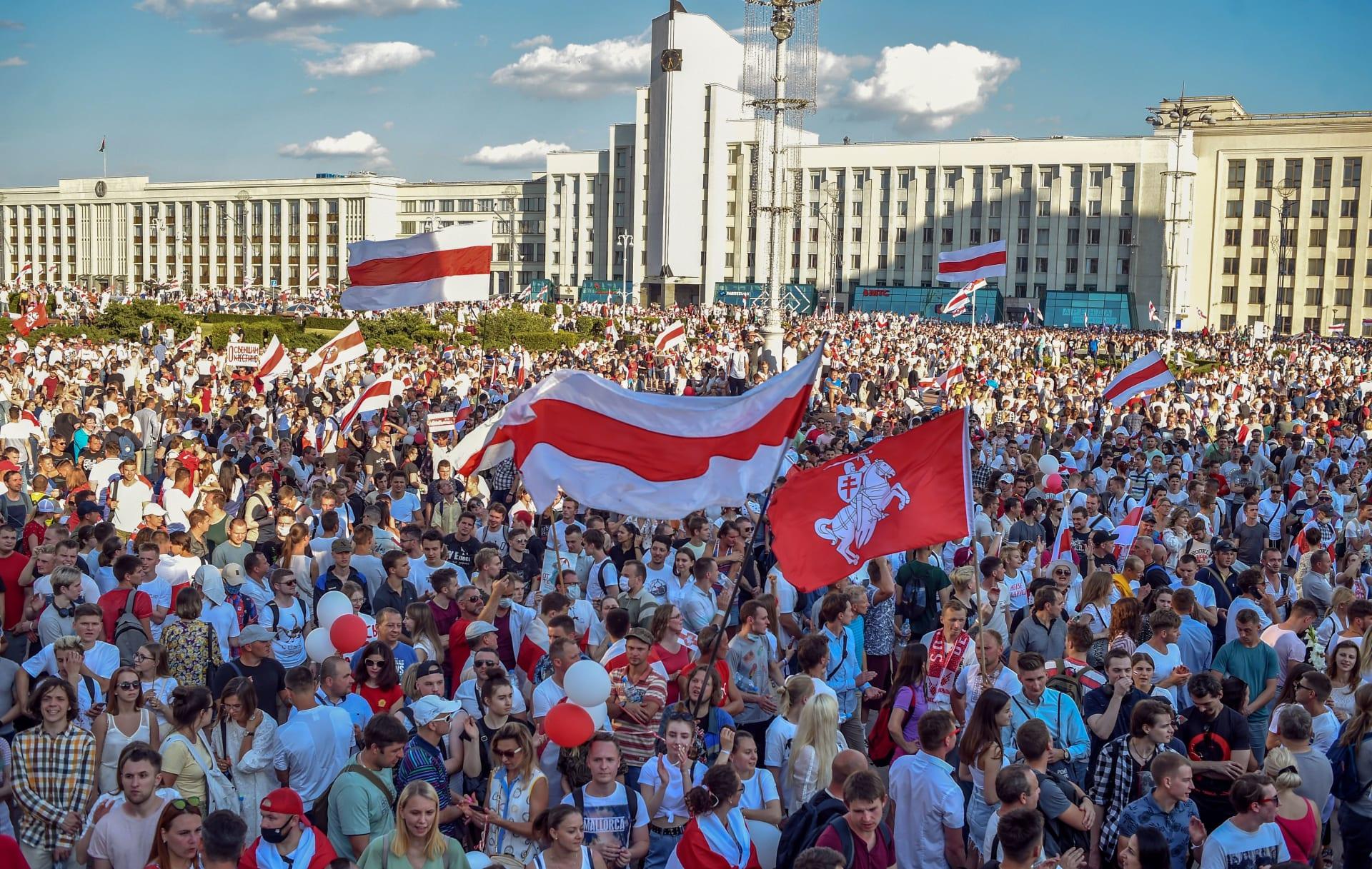 عشرات الآلاف في بيلاروسيا تزامنا مع احتجاجات ضد الرئيس في 9 مدن كبرى