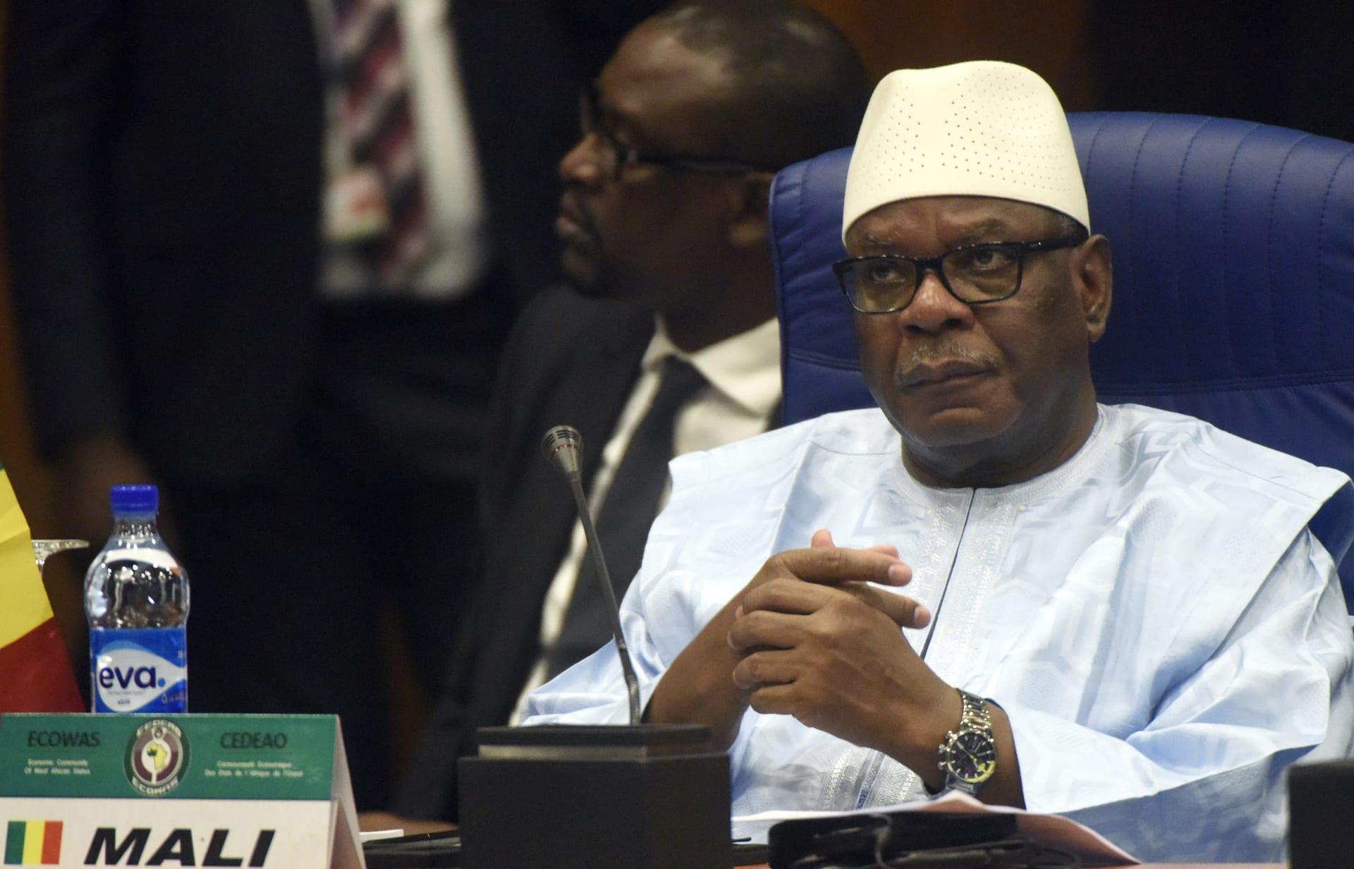 رئيس مالي يعلن استقالته وحل الحكومة والبرلمان بعد اعتقاله من قبل الجيش
