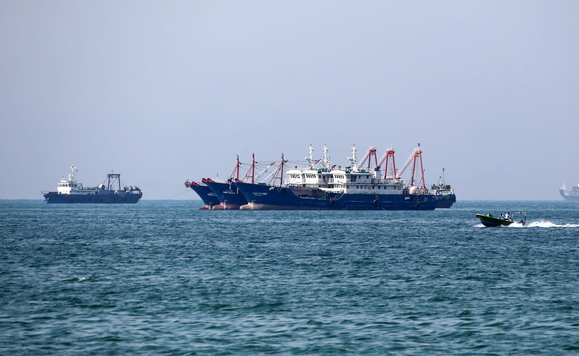 سفن تجارية تبحر من ميناء بندر عباس أكبر الموانئ الإيرانية على الخليج