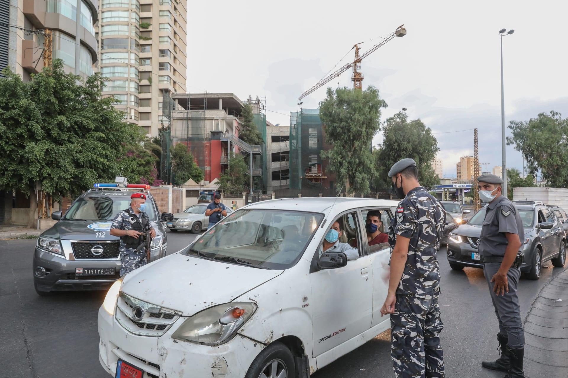 قوات الأمن في العاصمة اللبنانية بيروت في أحد الكمائن بعد تفشي كورونا