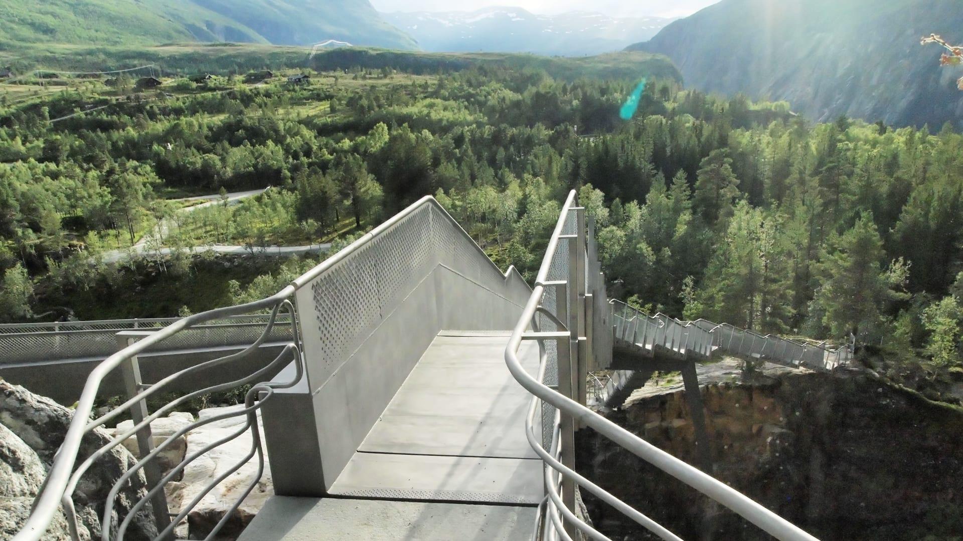 """أعجوبة معمارية.. جسر مميز جديد""""يطفو"""" فوق شلال نرويجي"""