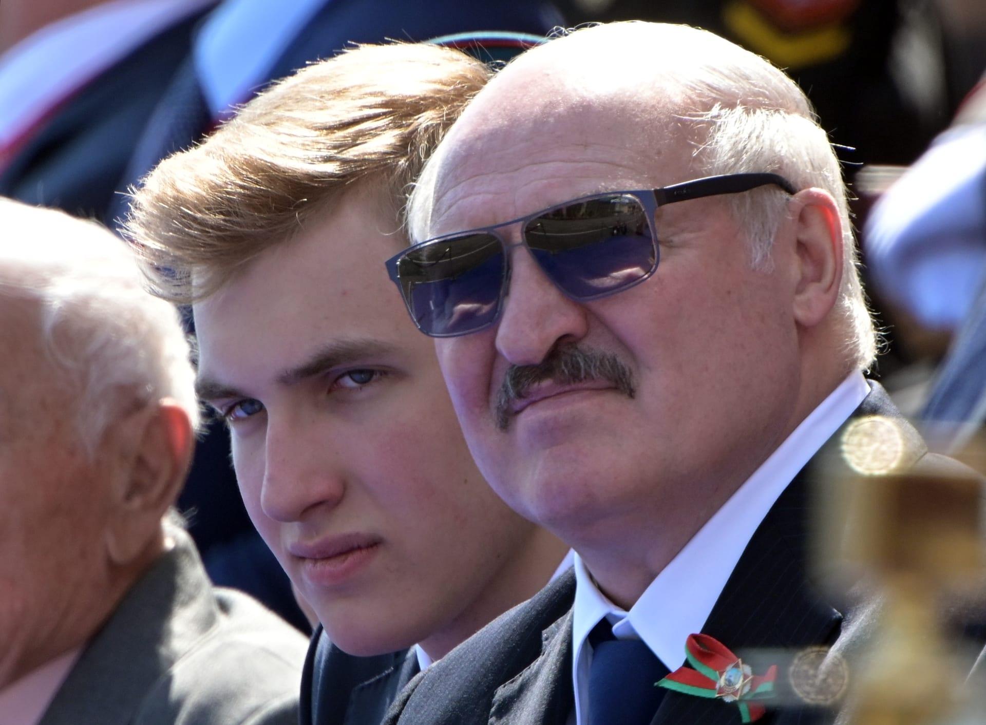 حاملا كلاشينكوف.. لوكاشنكو يشاهد احتجاجات بيلاروسيا لدى اتجاهه إلى قصره الرئاسي