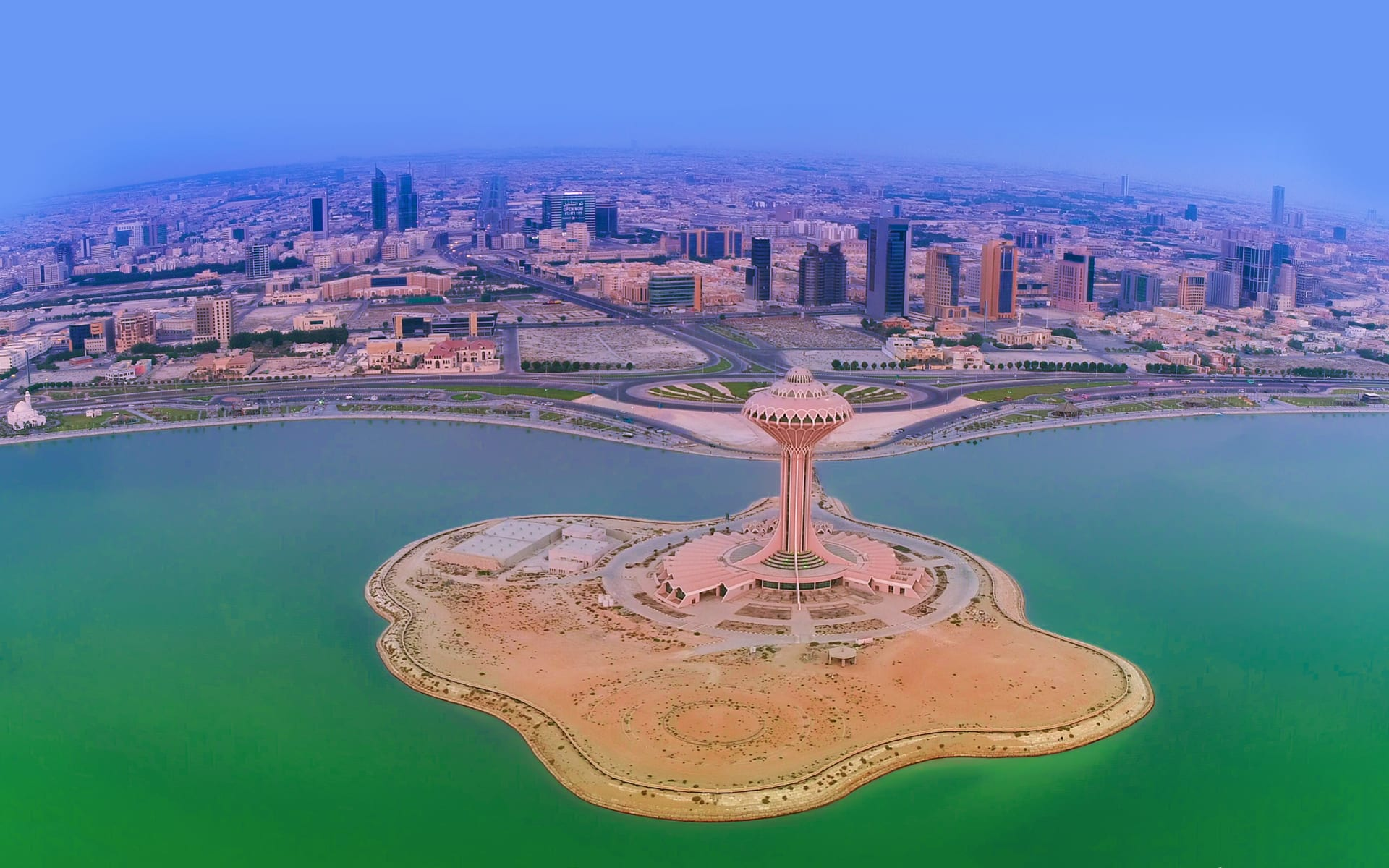 كأنها مدينة خيالية تطفو في الهواء.. هل تستطيع التعرف على هذه المدينة السعودية؟