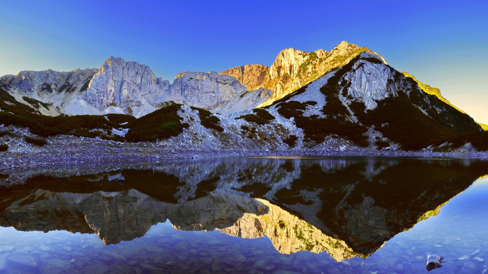 منها بحيرة وردية.. إليك أفضل ما يمكنك استكشافه في واحدة من أقدم دول أوروبا