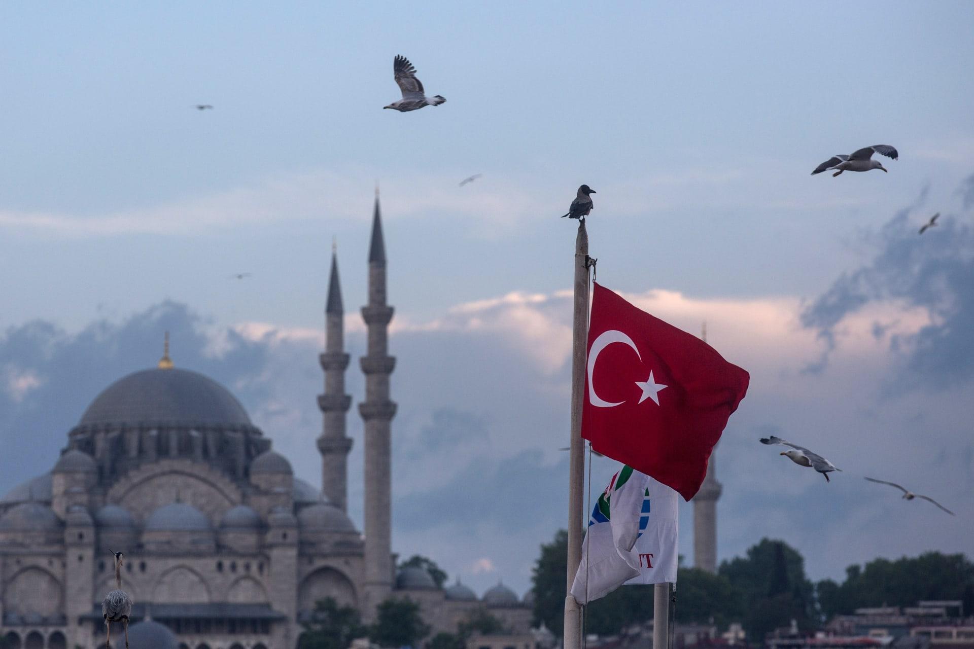 صورة أرشيفية عامة للعلم التركي وآيا صوفيا بإسطنبول