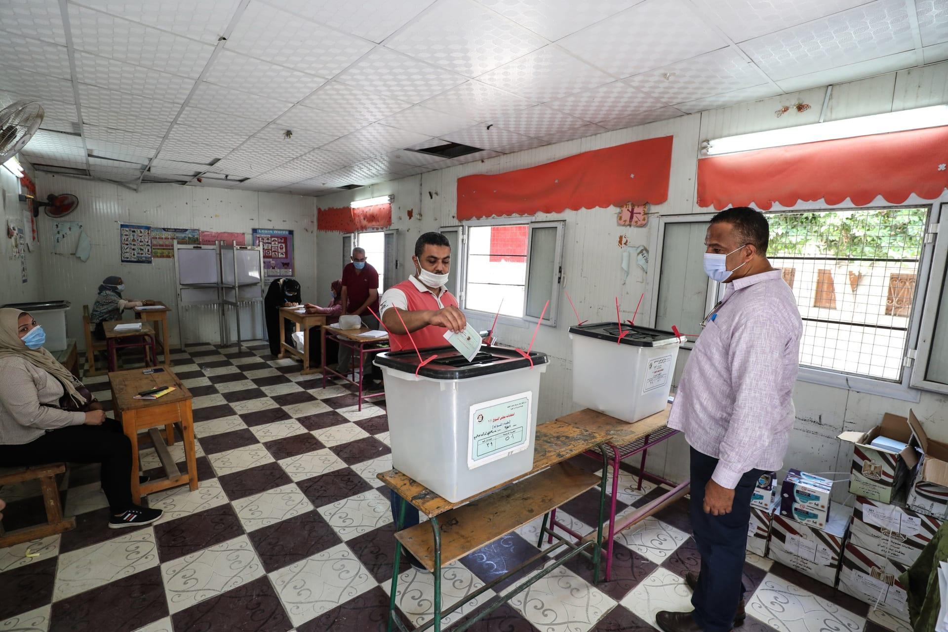ناخب مصري يدلي بصوته في انتخابات مجلس الشيوخ