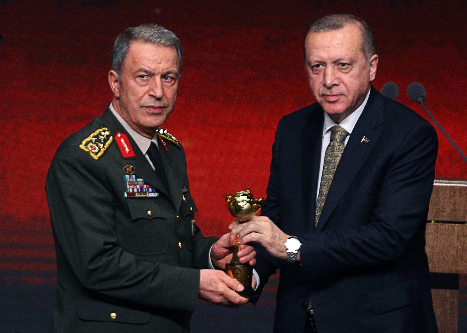 الرئيس التركي رجب طيب أردوغان ووزير الدفاع خلوصي أكار
