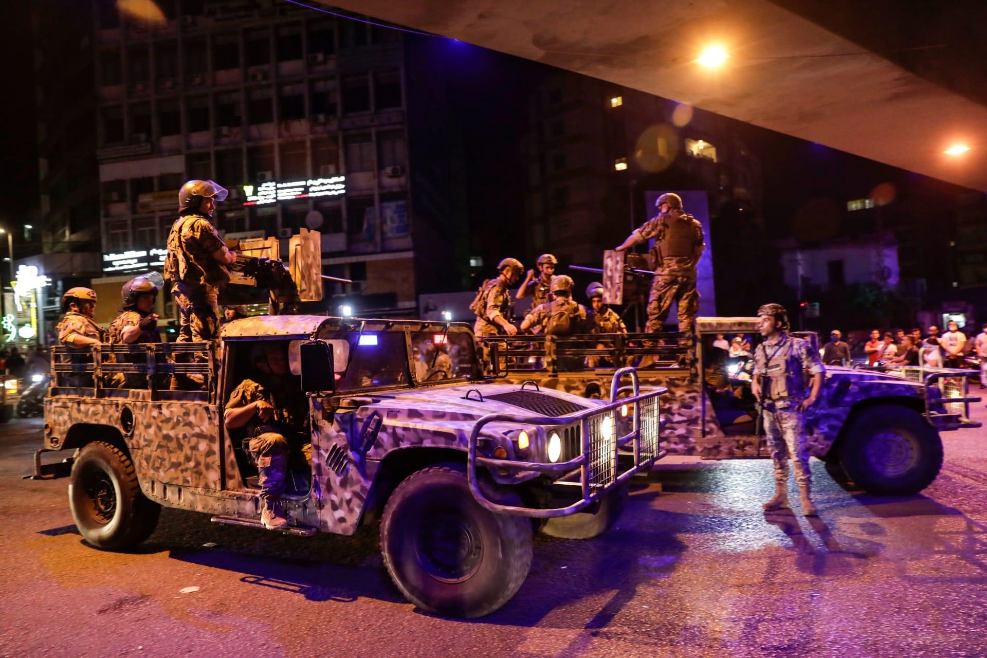دورية تابعة للجيش اللبناني في العاصمة بيروت لمواجهة احتجاجات واسعة بعد تردي الاوضاع الاقتصادية