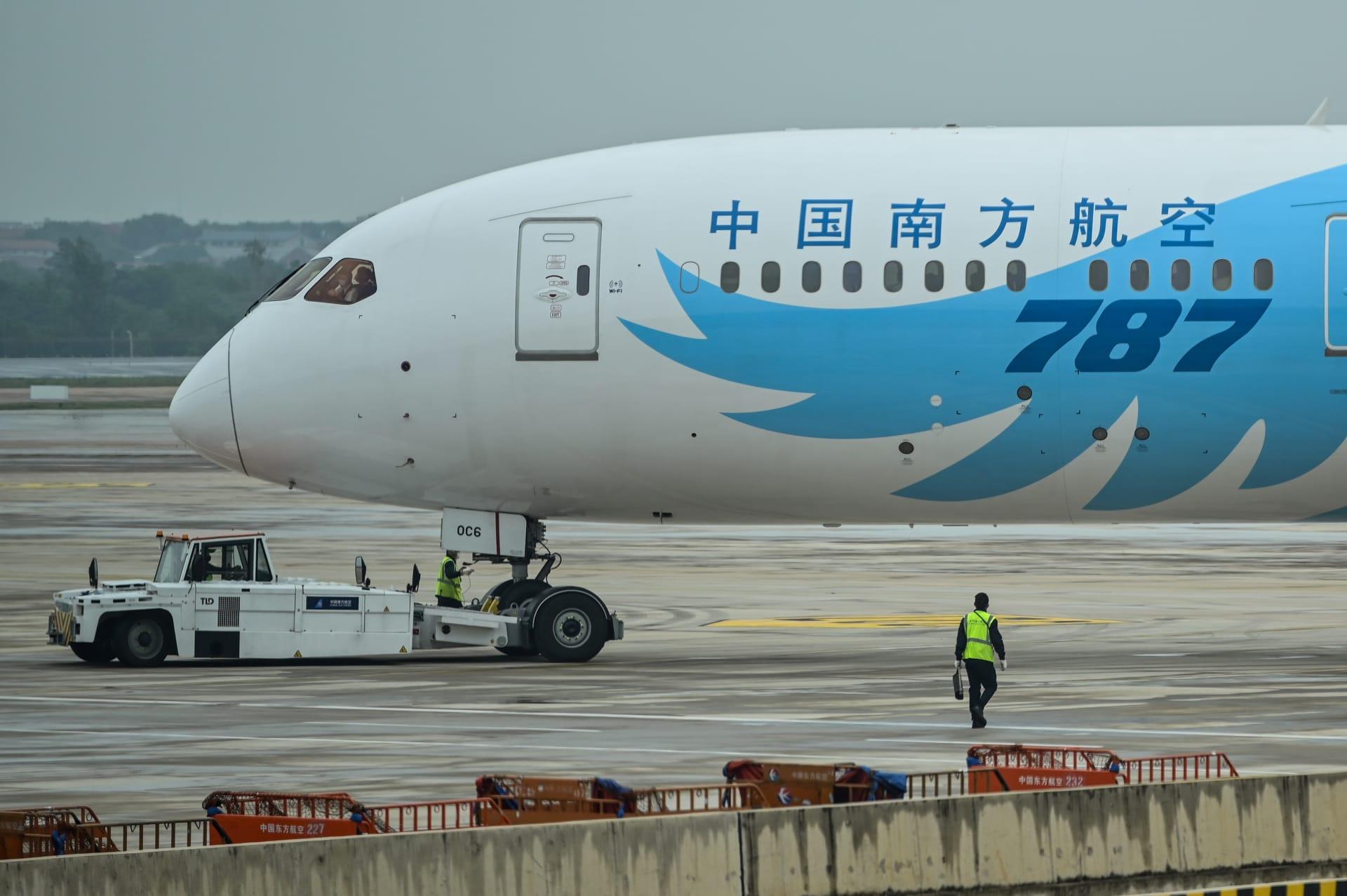 طائرة ركاب من طراز بوينغ 787 في مطار مدينة ووهان الصينية