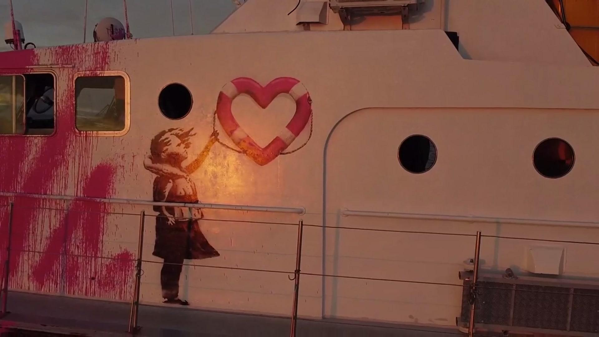 بانكسي يشتري قارب إنقاذ لاجئين ويرشه باللون الوردي