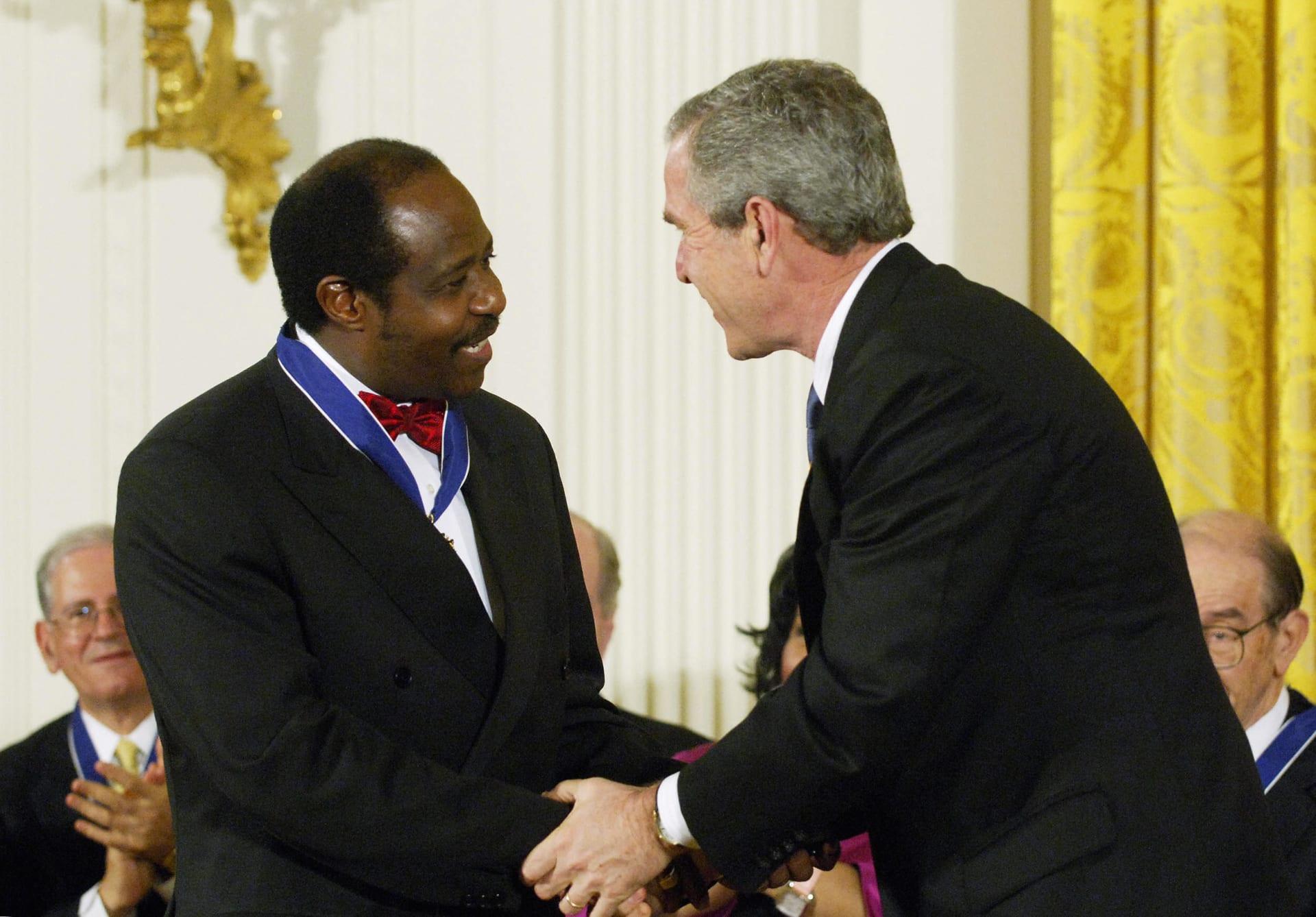الرئيس الأمريكي الأسبق جورج بوش الابن يصافح بطل الإبادة الجماعية في رواندا بول روسساباغينا