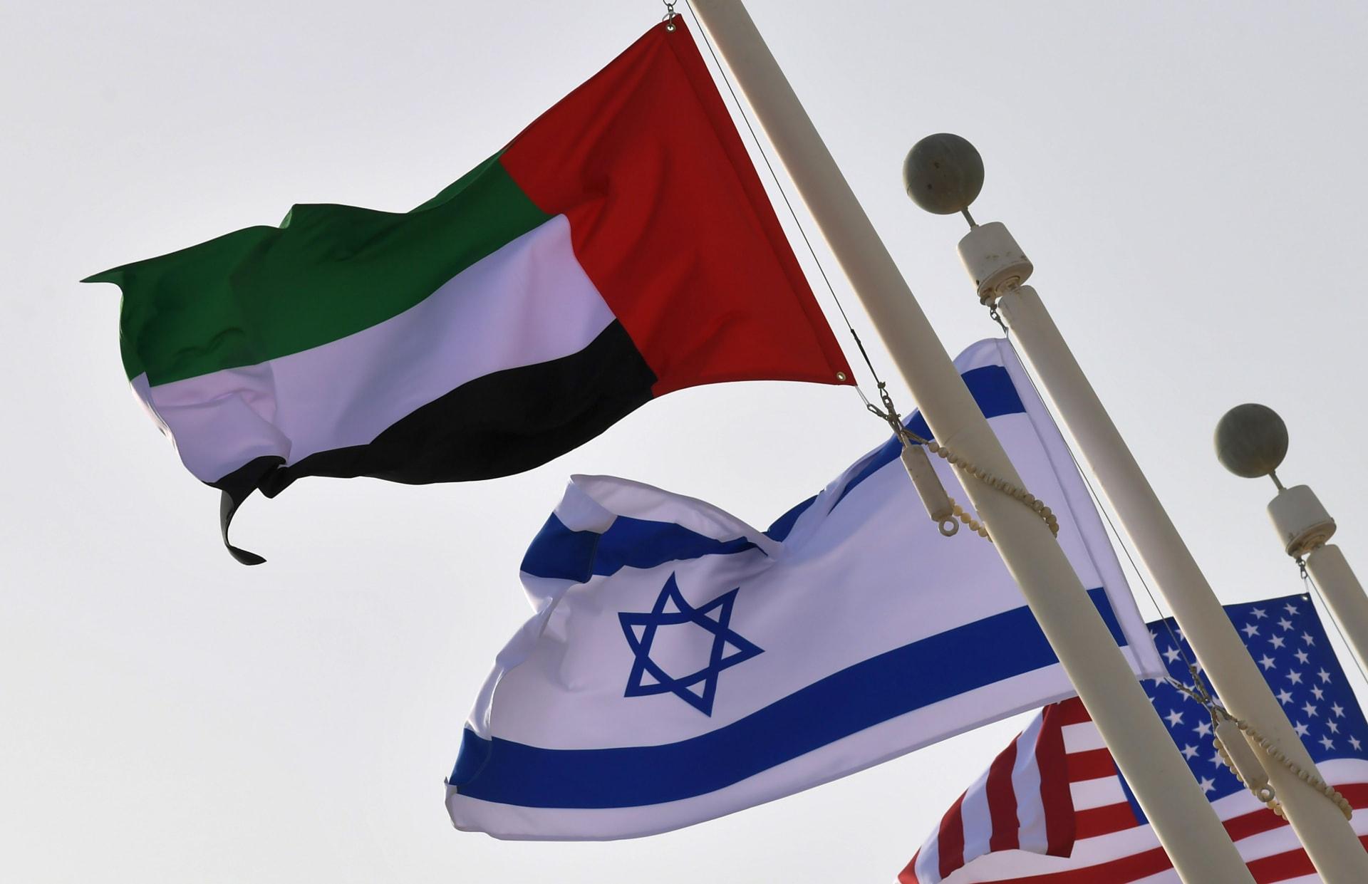 أعلام الإمارات وإسرائيل والولايات المتحدة خلال زيارة الوفدين الأمريكي والإسرائيلي إلى أبوظبي