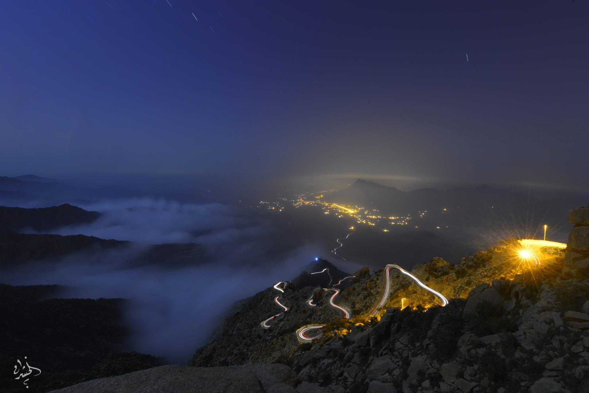 """""""على شرفات الشواهق"""".. مصور يوثق مشاهد حالمة للسحب التي تعانق جبال السروات بالسعودية"""