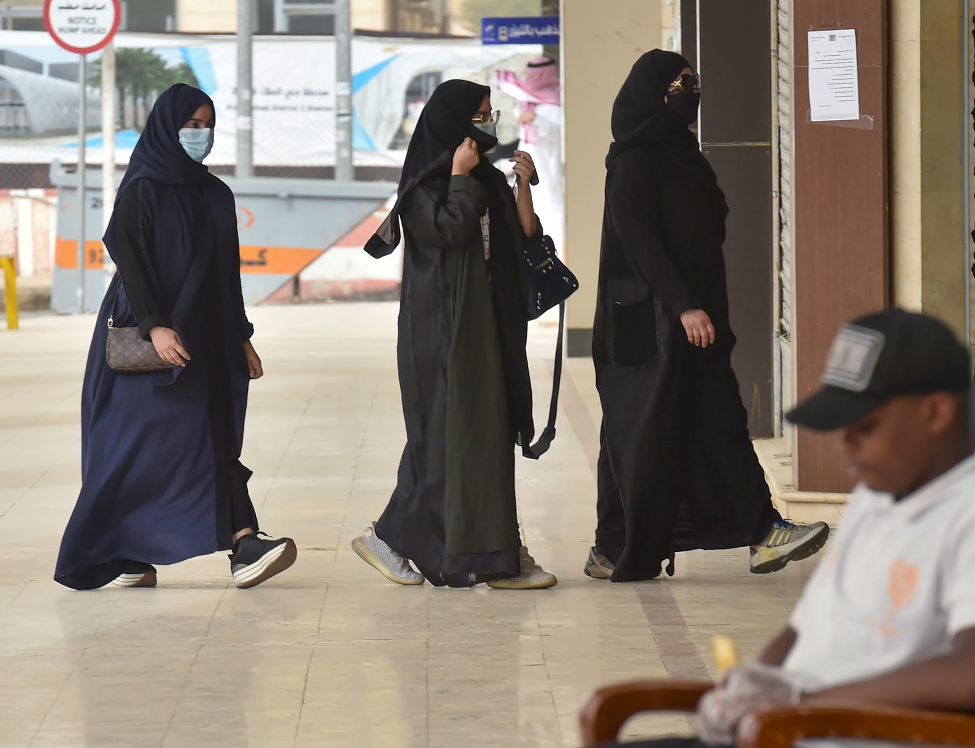 كاتب سعودي يثير جدلا لحديثه عن علاقة الفقر بتوظيف النساء