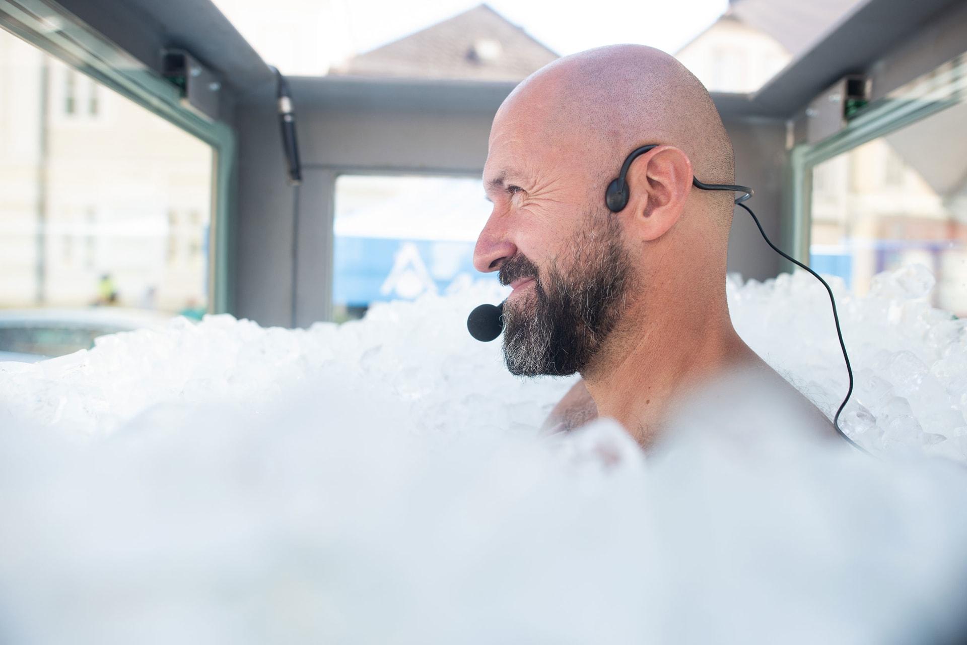 لتسجيل رقم قياسي جديد.. نمساوي يقضي أكثر من ساعتين بحوض مليء بالثلج