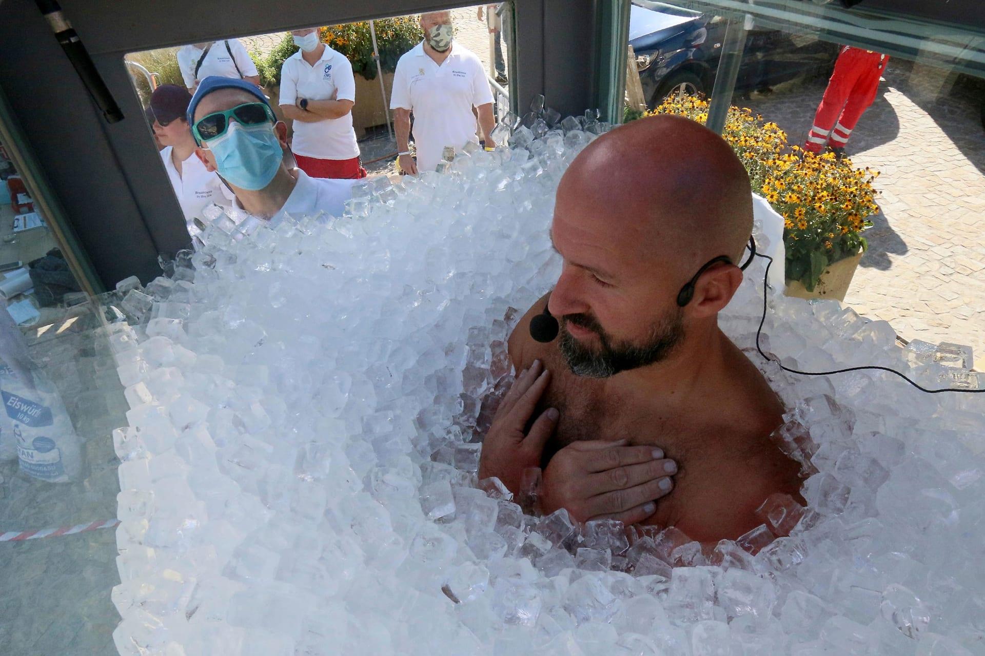 في محاولة لتسجيل رقم قياسي جديد.. نمساوي يقضي أكثر من ساعتين بحوض مليء بالثلج