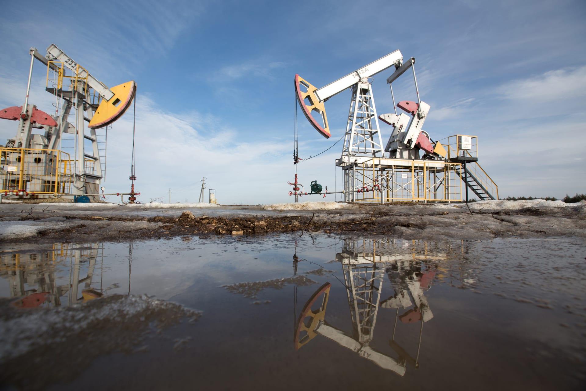 النفط يهبط لأدنى مستوياته منذ يونيو بعد خفض السعودية للأسعار