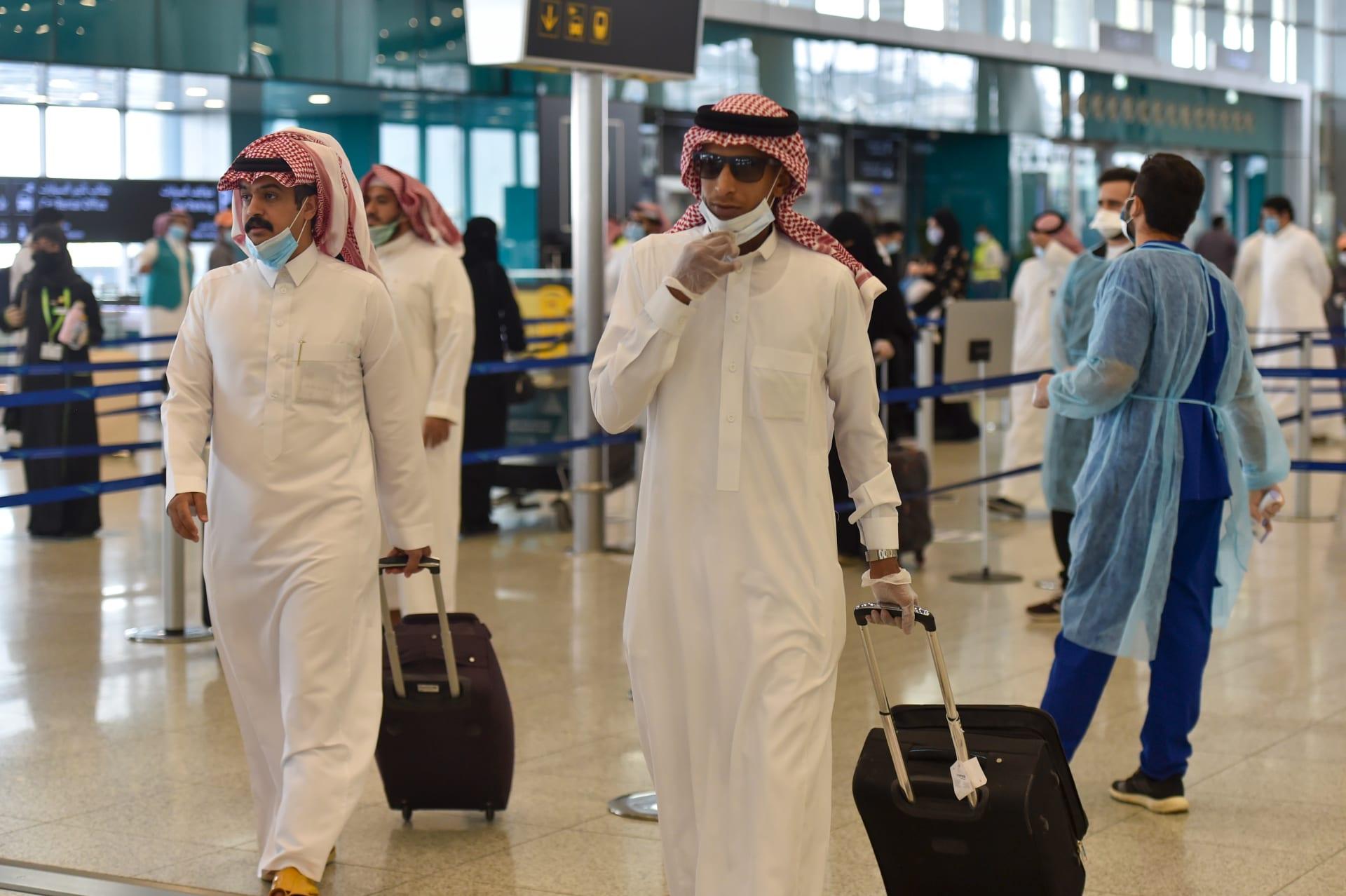 متى تعود الرحلات الجوية الدولية؟.. وزير الصحة السعودي يُعلق