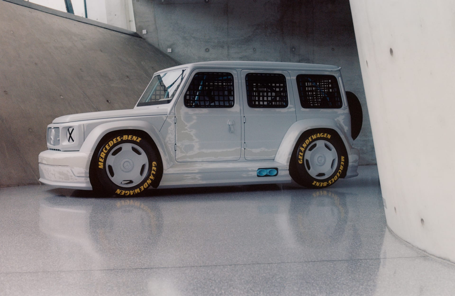 """أشبه بمنحوتة فنية..مصمم أزياء """"لويس فويتون"""" يحول سيارة """"مرسيدس-بنز"""" كلاسيكية إلى سيارة سباق"""