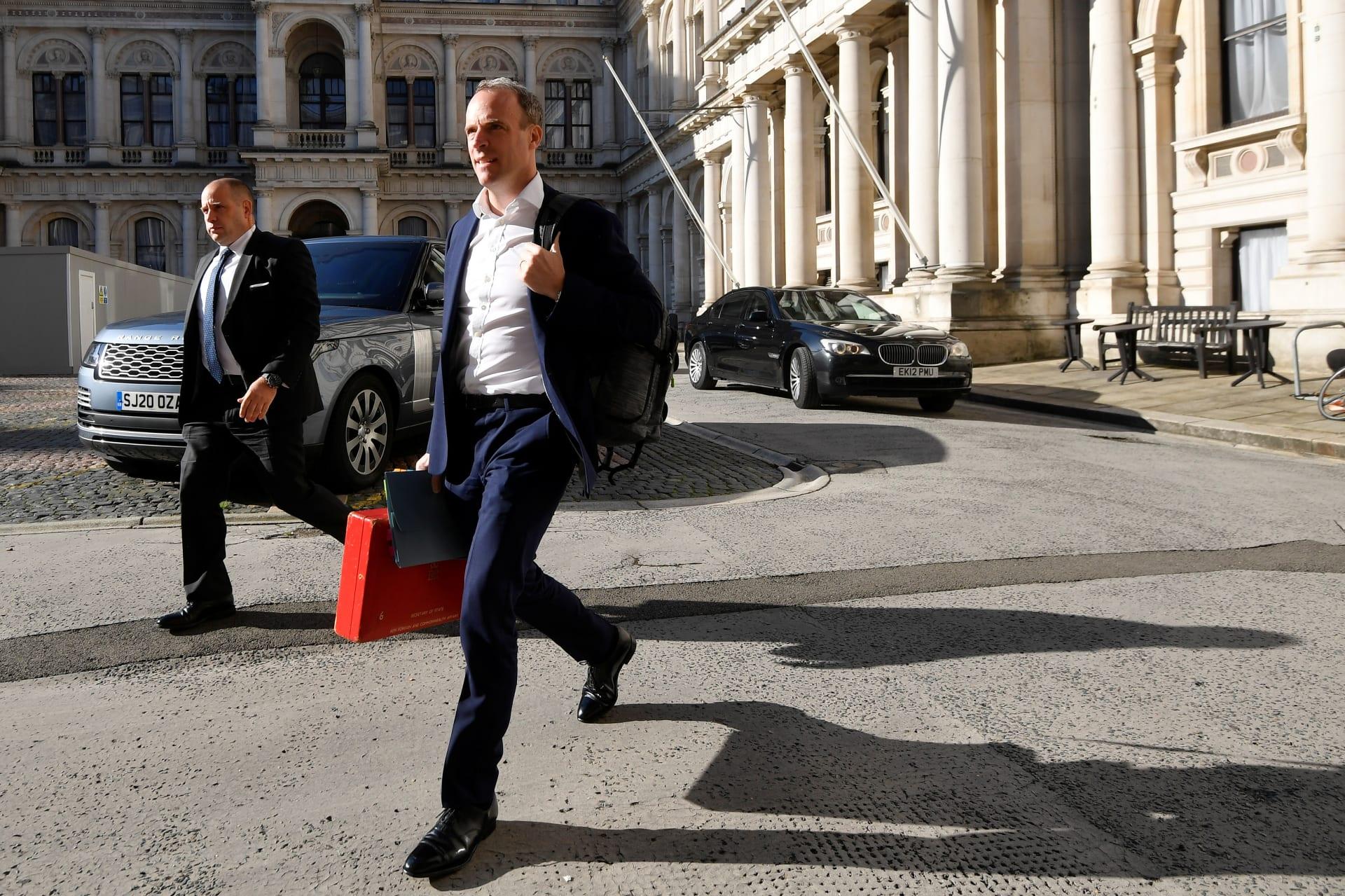 وقف ضابط بطاقم حماية وزير خارجية بريطانيا عن العمل لتركه مسدس في طائرة