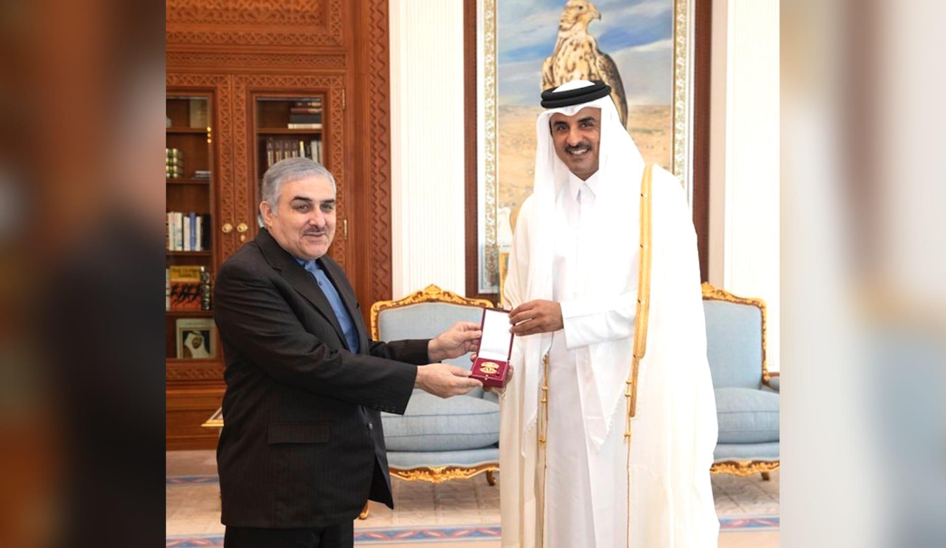 """أمير قطر يمنح سفير إيران """"وسام الوجبة"""""""