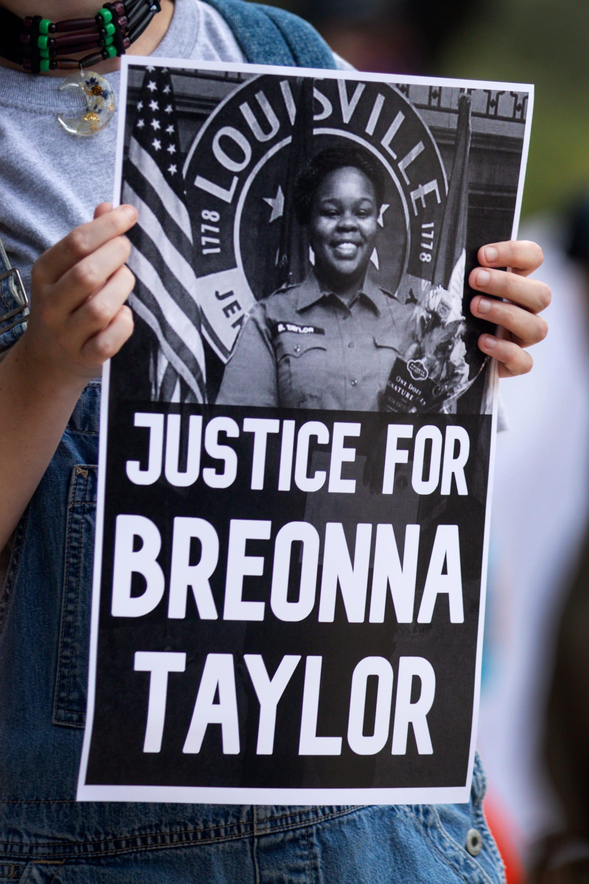 أمريكا: غضب وتظاهرات لعدم توجيه اتهامات مباشرة إلى ضباط شرطة في مقتل بريونا تايلور