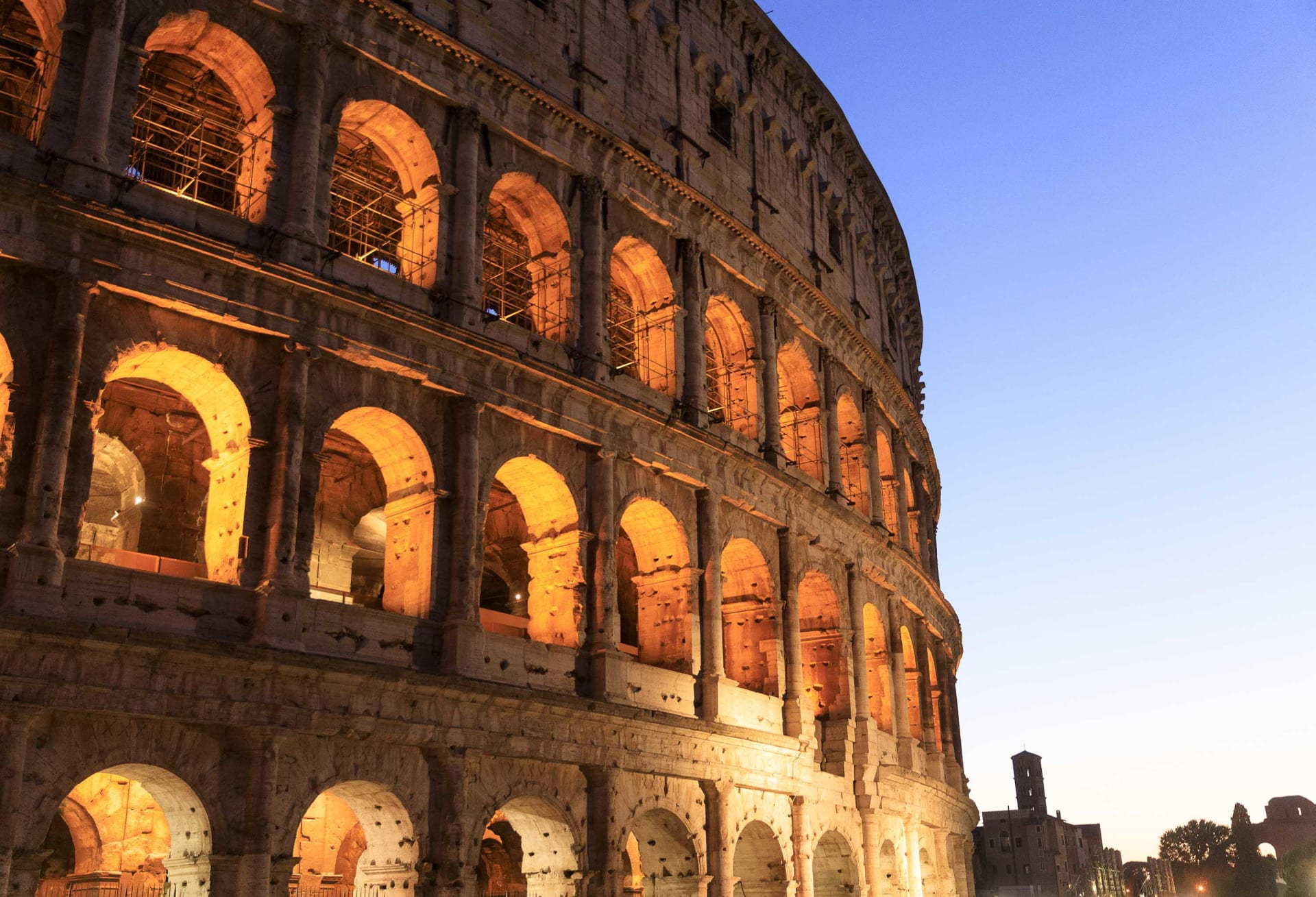 اتهام سائح بتشويه الكولوسيوم الشهير في إيطاليا