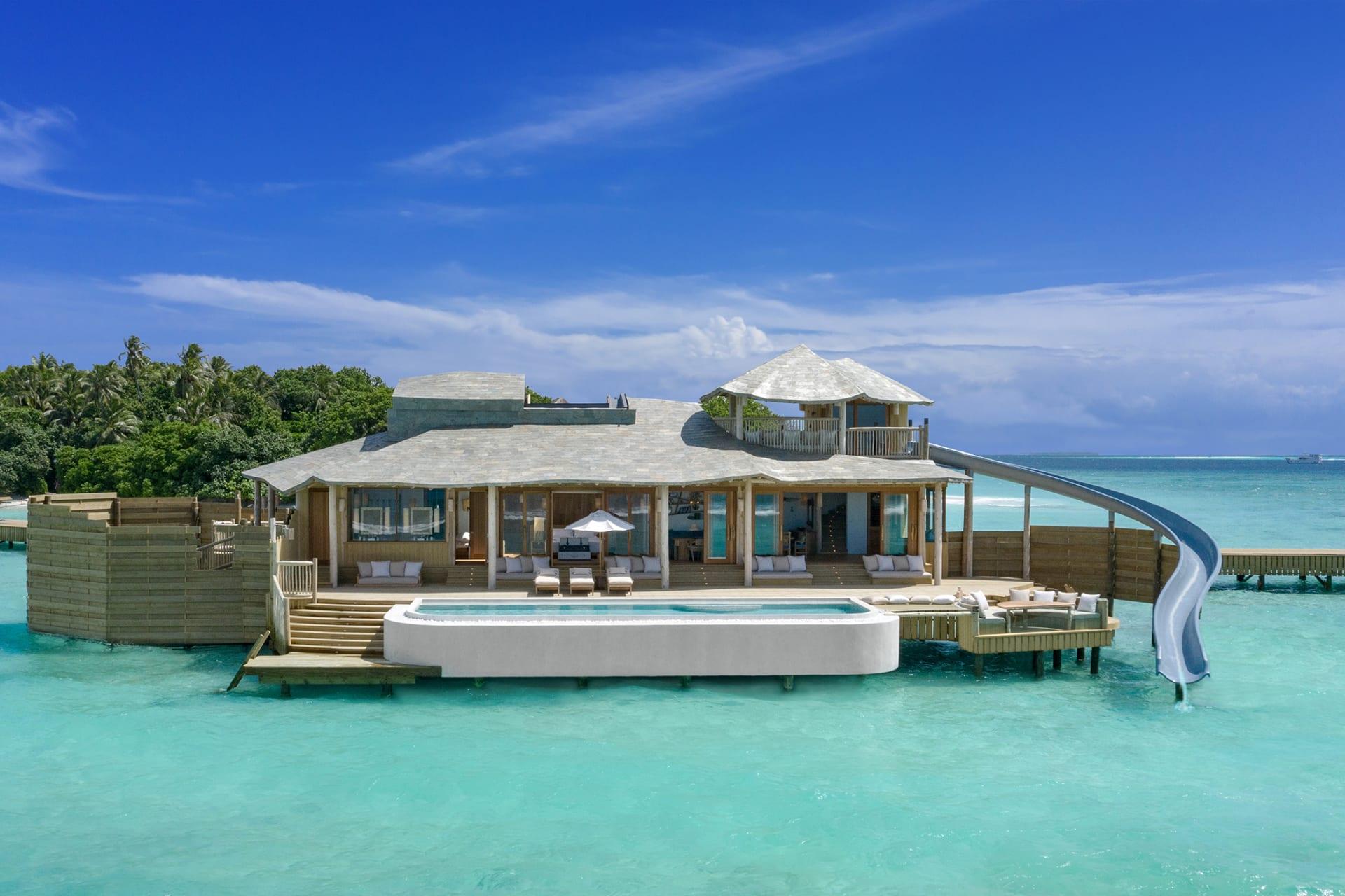 """في جزر المالديف.. يمكنك الآن المكوث في هذه الفلل فوق الماء التي تُعد """"الأكبر في العالم"""""""