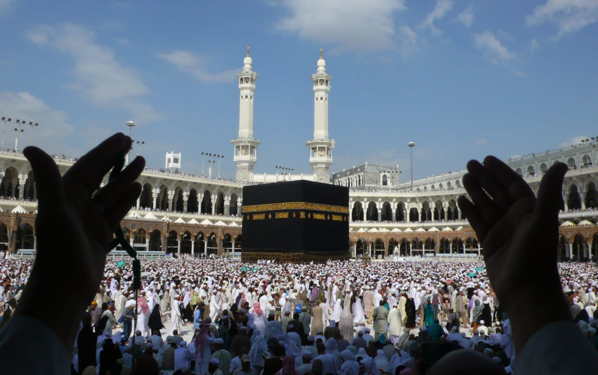 """أفيخاي أدرعي يوجه رسالة للمسلمين بعد """"عودة العمرة"""".. وإمارة مكة تنشر صور تعقيم """"صحن الكعبة"""""""