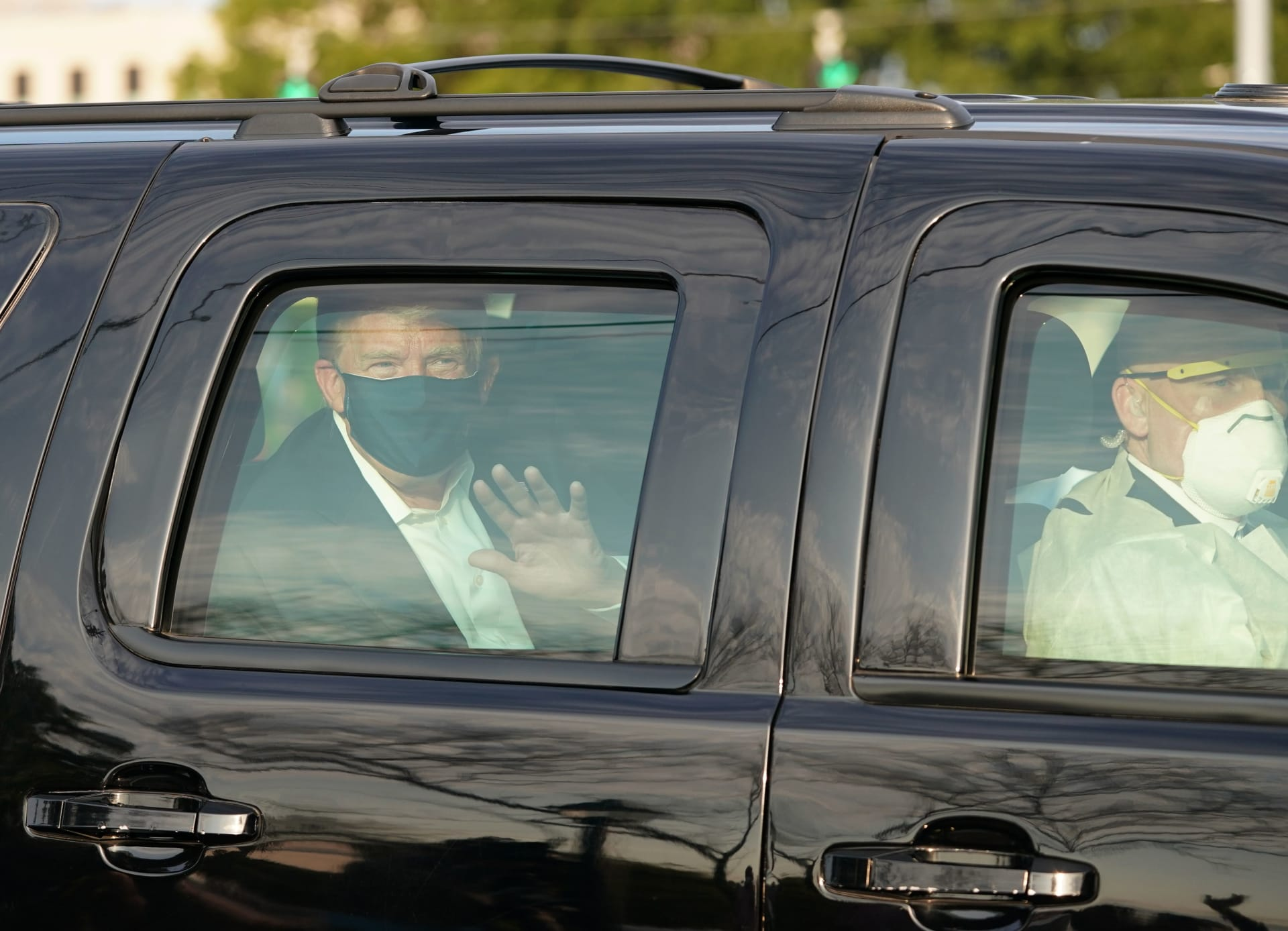 ترامب يخرج من مستشفى والتر ريد لتحية أنصاره من سيارة دفع رباعي