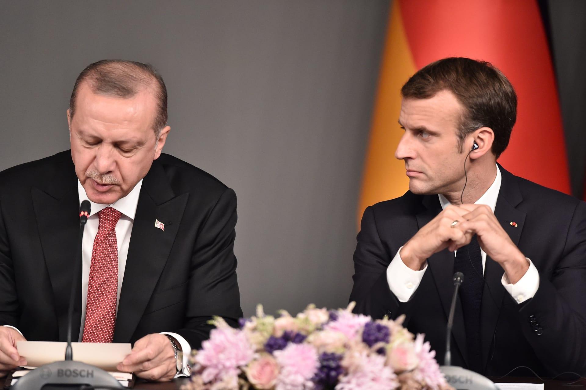 صورة أرشيفية من لقاء بين الرئيسين الفرنسي إيمانويل ماكرون والتركي رجب طيب أردوغان